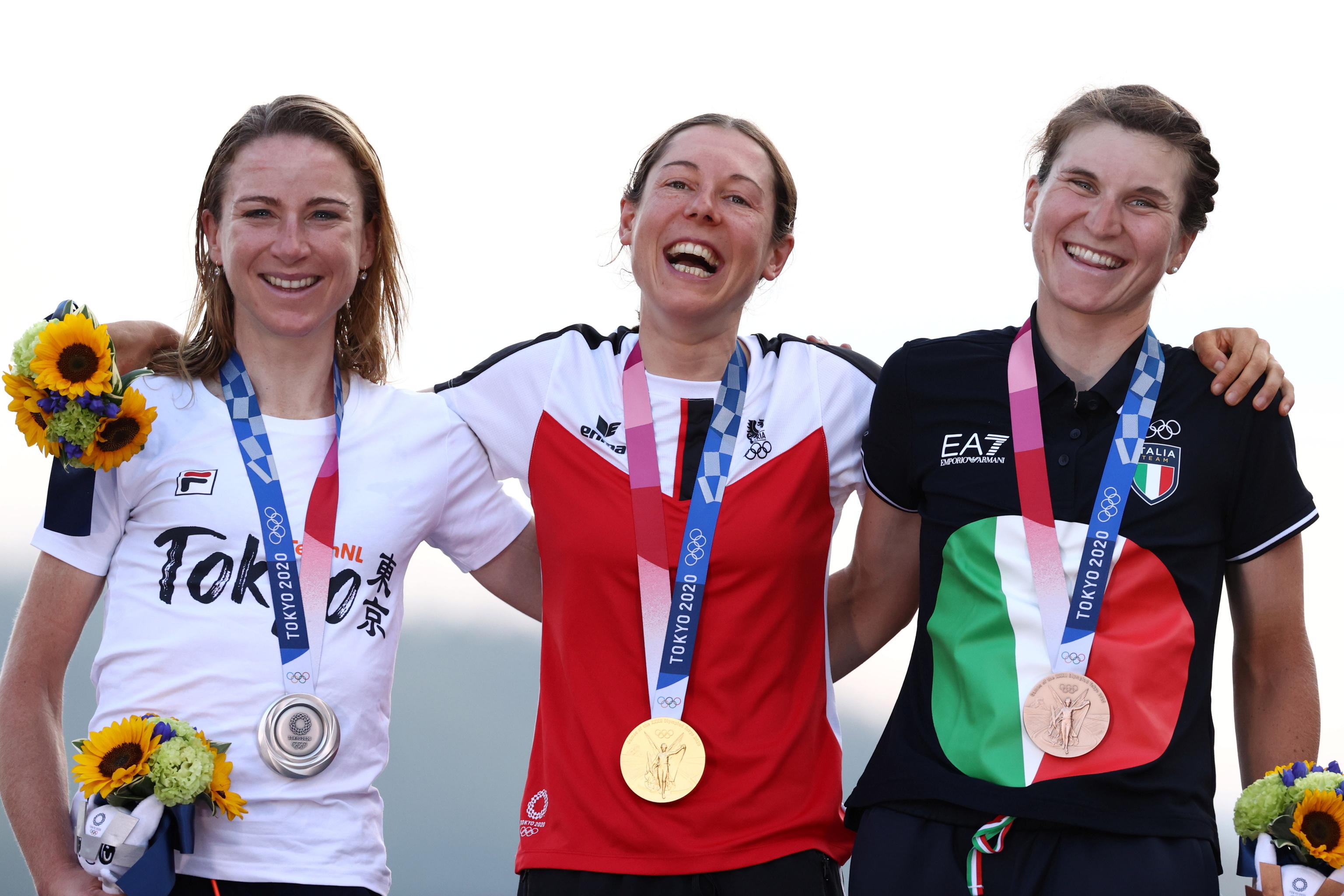 Kiesenhofer, en el podio junto a Van Vleuten (plata) y Longo (bronce).