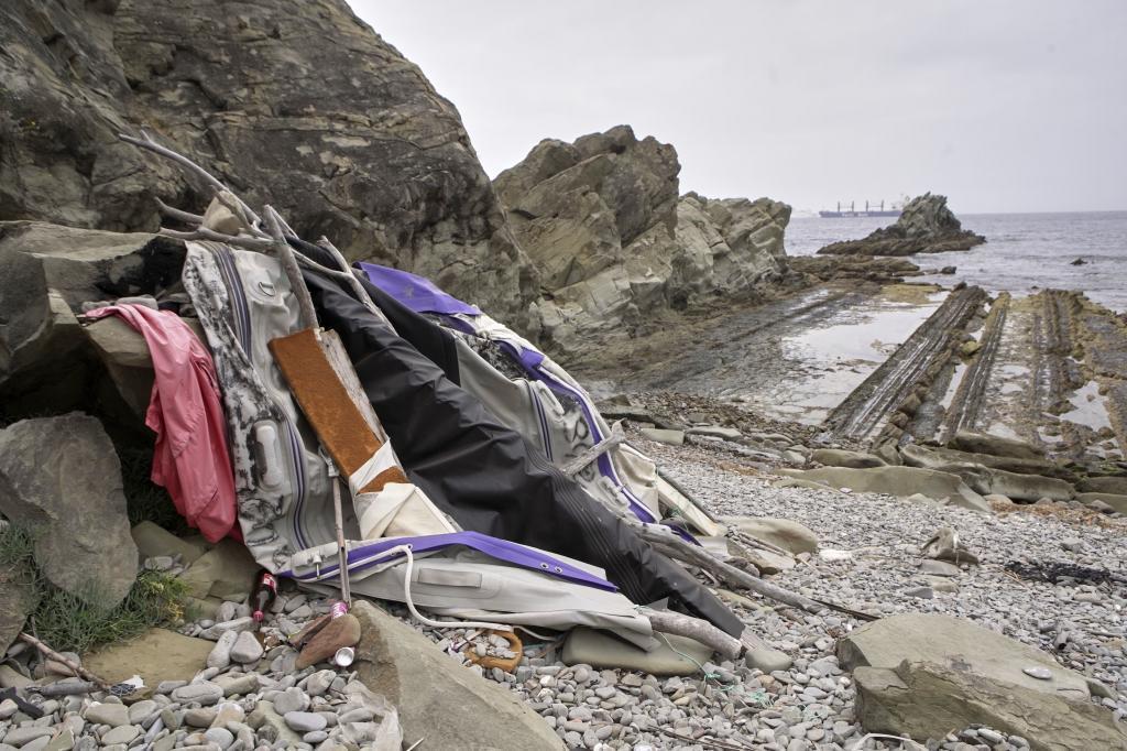 Restos de una patera en la playa de Punta Carnero (Algeciras).