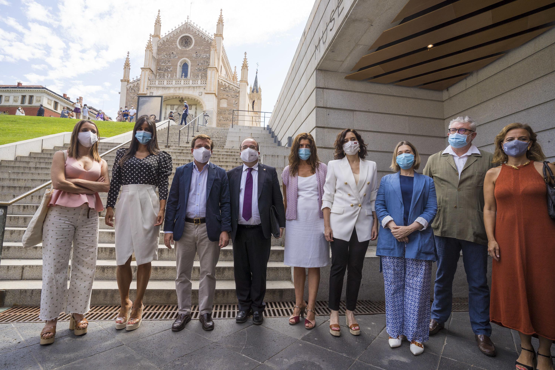 Martínez-Almeida y Díaz Ayuso entre otras autoridades, momentos previos a la decisión de la Unesco.