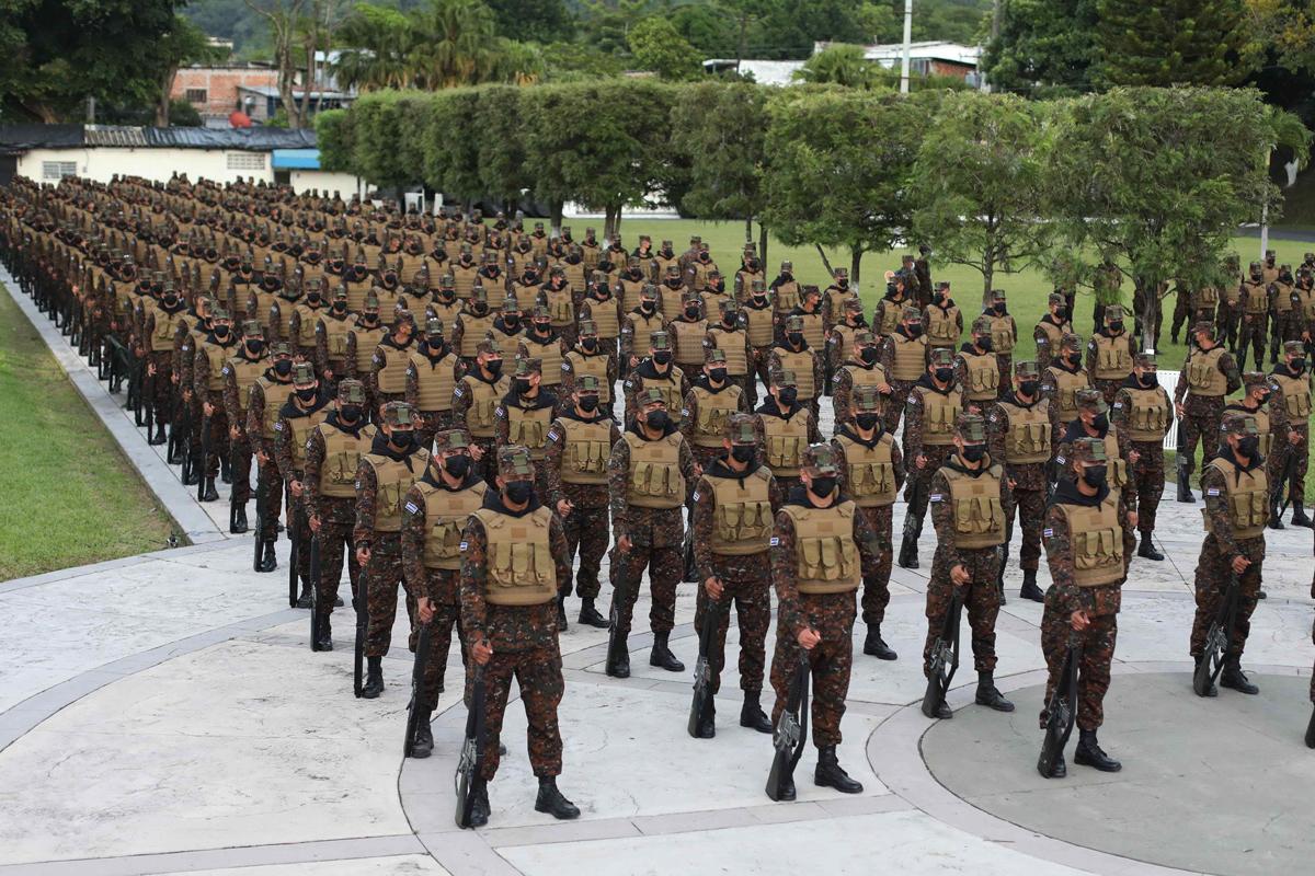 Un grupo de militares prepara su despliegue en San Salvador.
