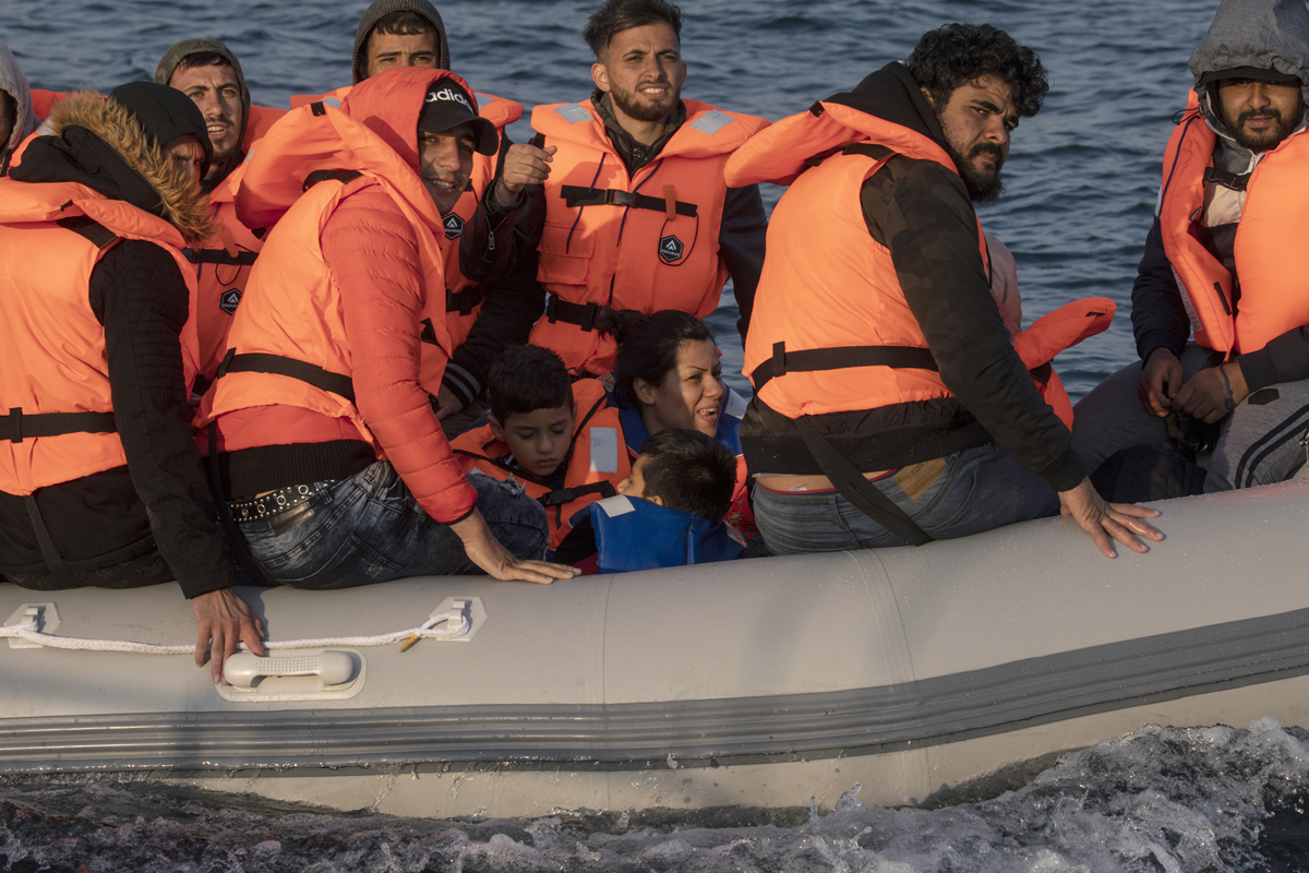 Migrantes cruzan el Canal en una lancha inflable.