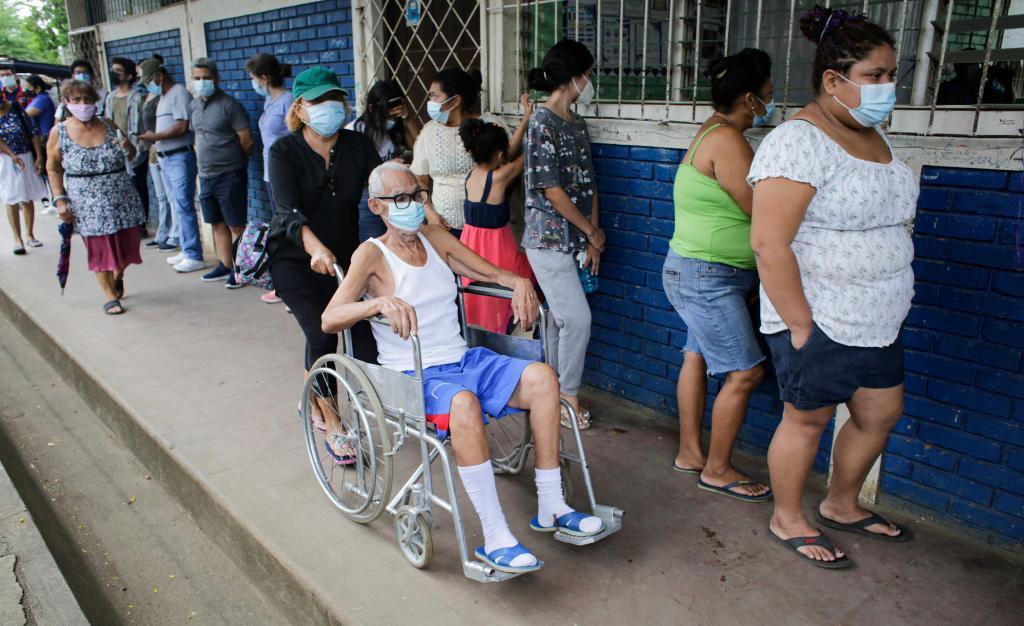 Varias personas hacen fila en Nicaragua