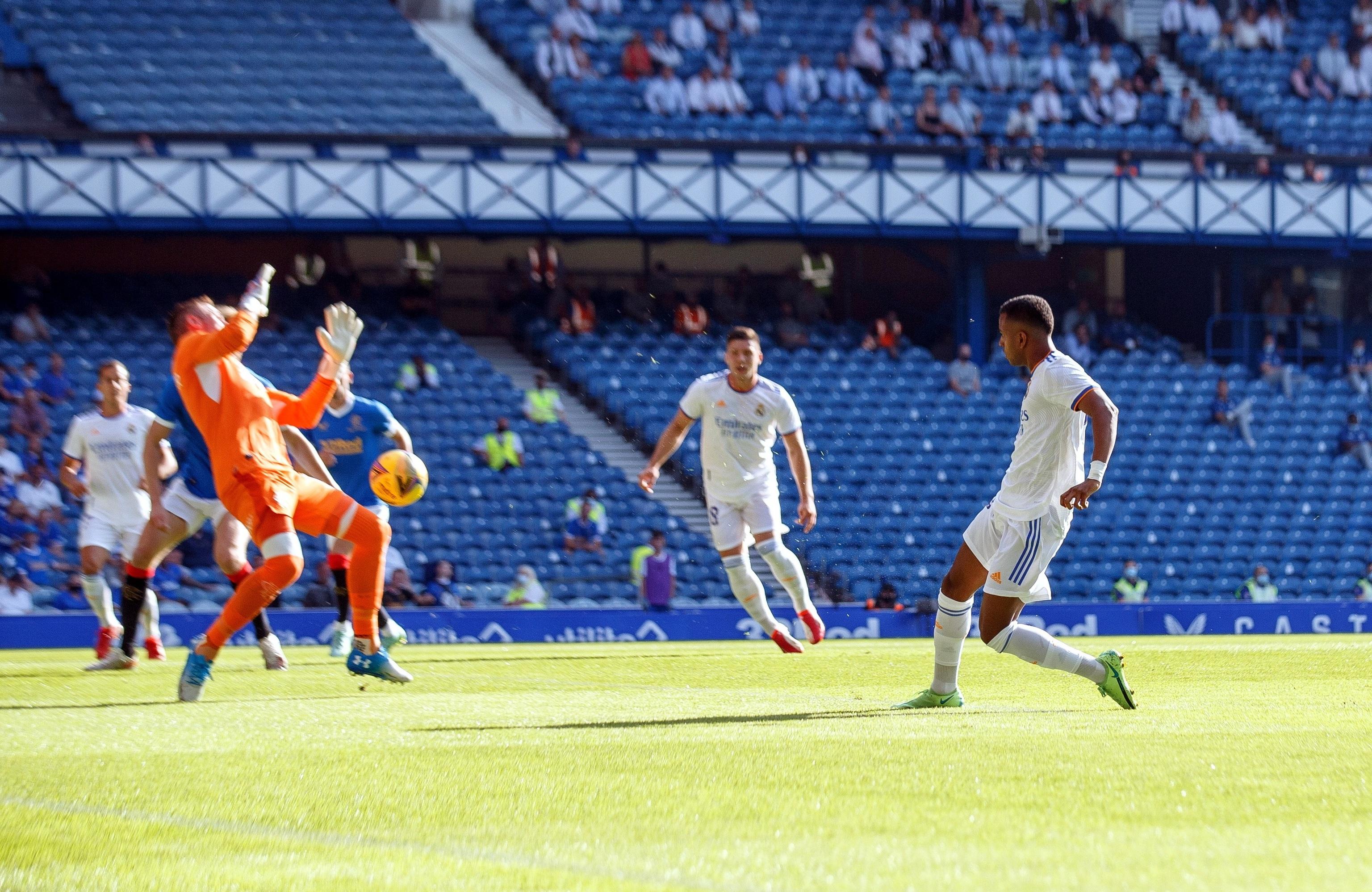 Rodrygo golpea con el exterior para marcar el gol del Real Madrid.