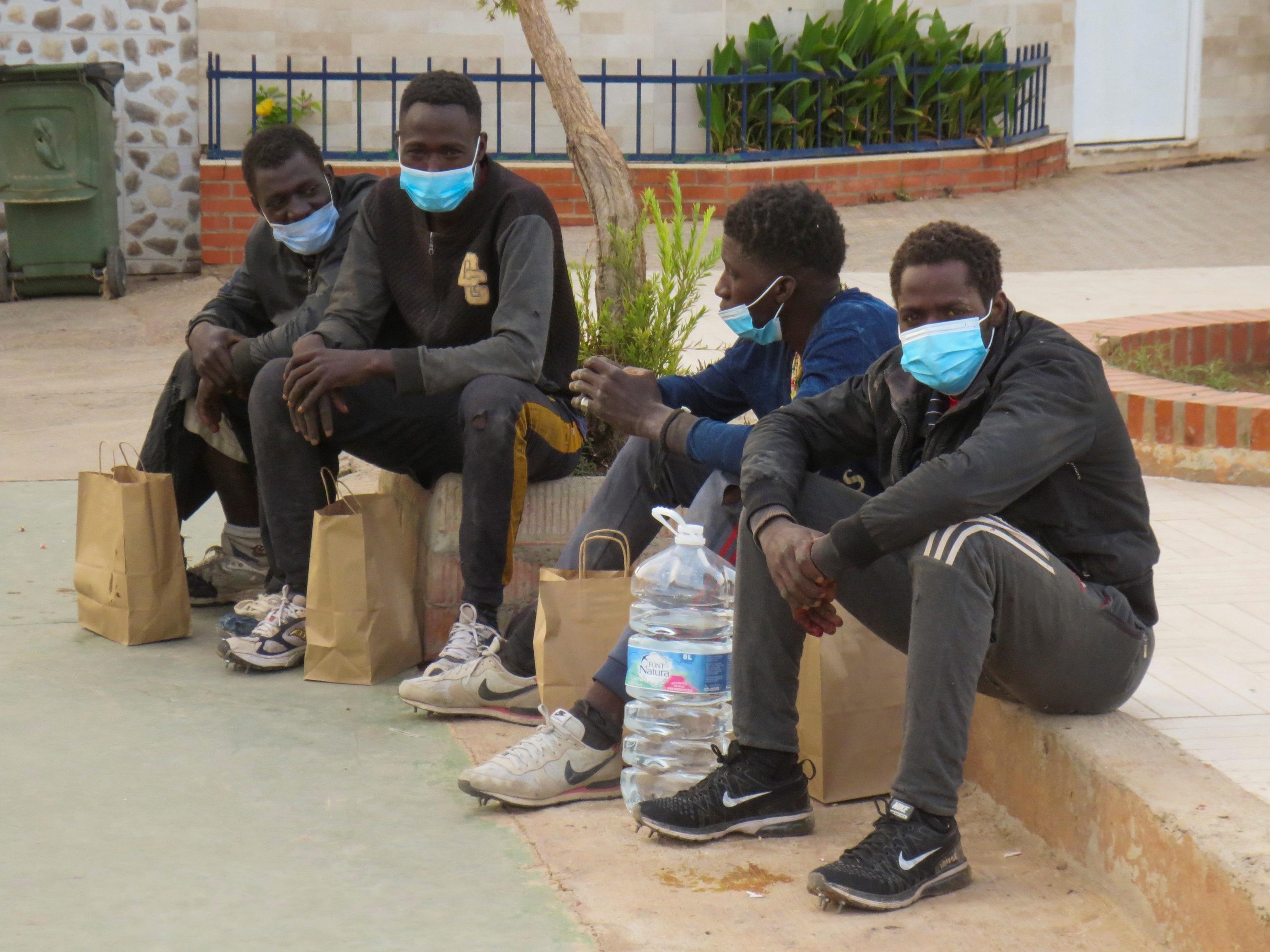 Subsaharianos, este domingo, en Melilla.