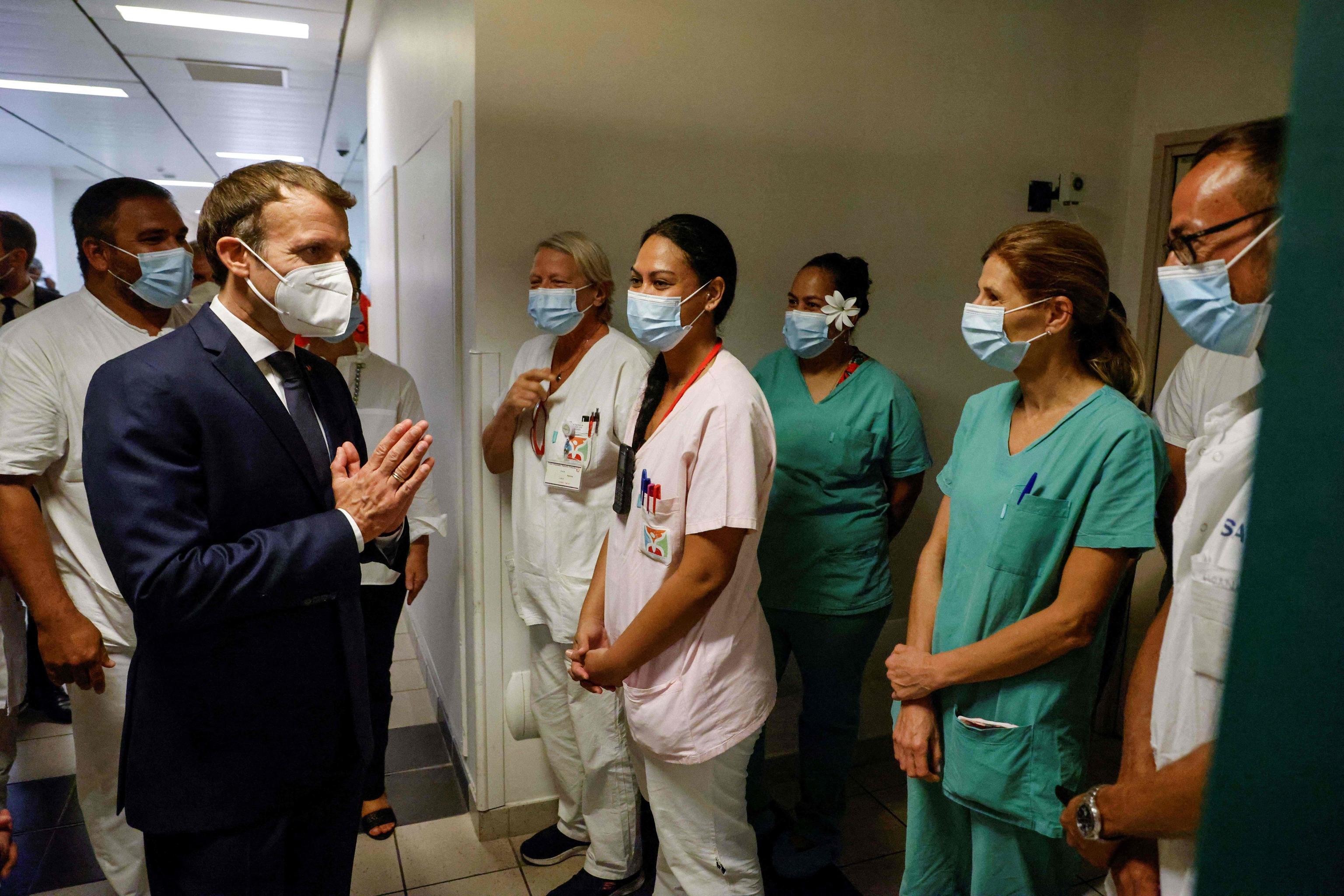 Emmanuel  Macron, en su visita a un hospital de Tahiti.