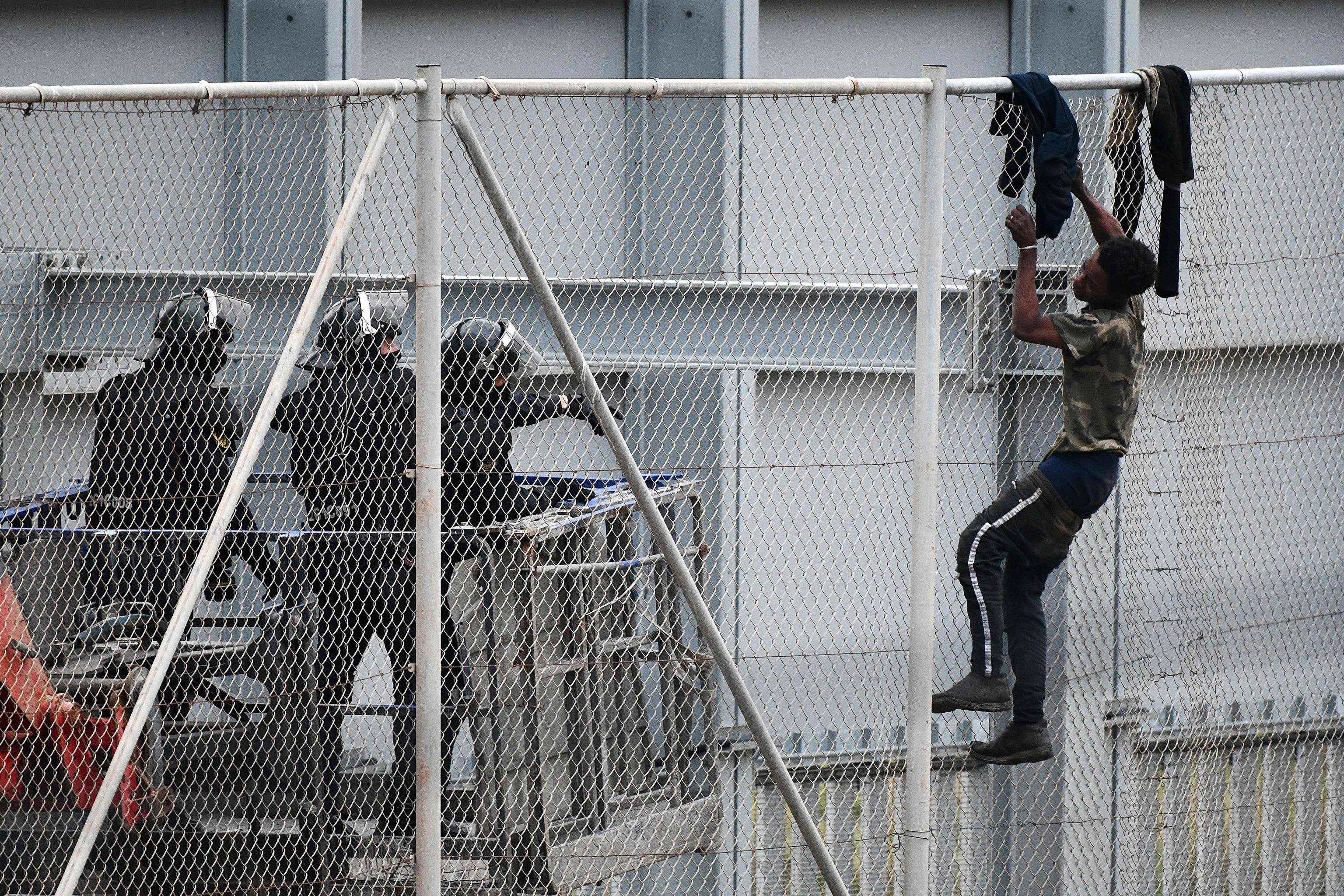 Un marroquí intenta saltar la valla de Ceuta.