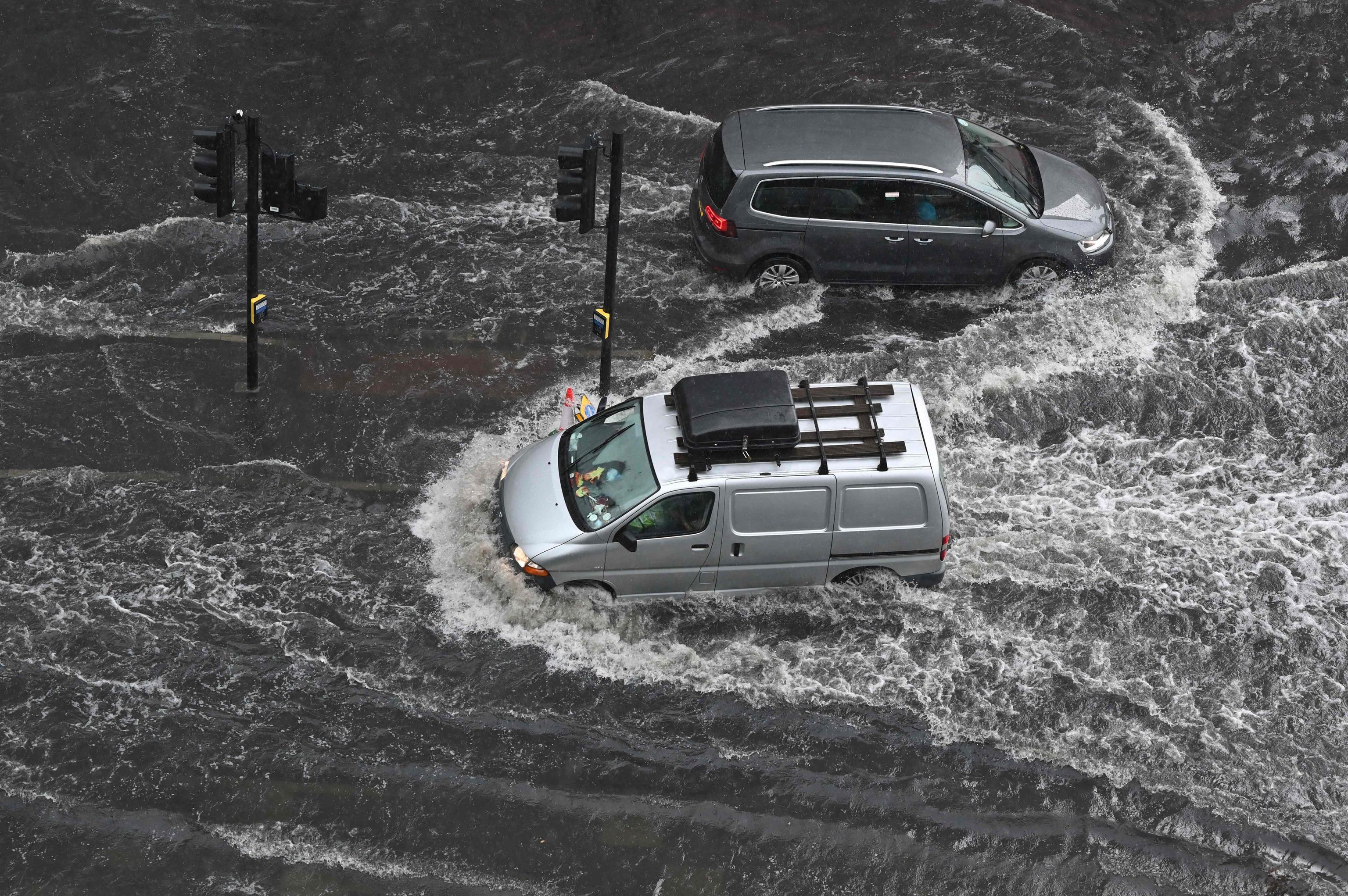 Calles inundadas en el distrito de Nine Elms de Londres por las lluvias torrenciales.