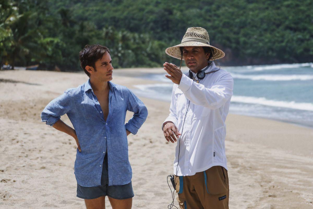 Gael García Bernal charla con Shyamalan durante el rodaje de 'Tiempo'.
