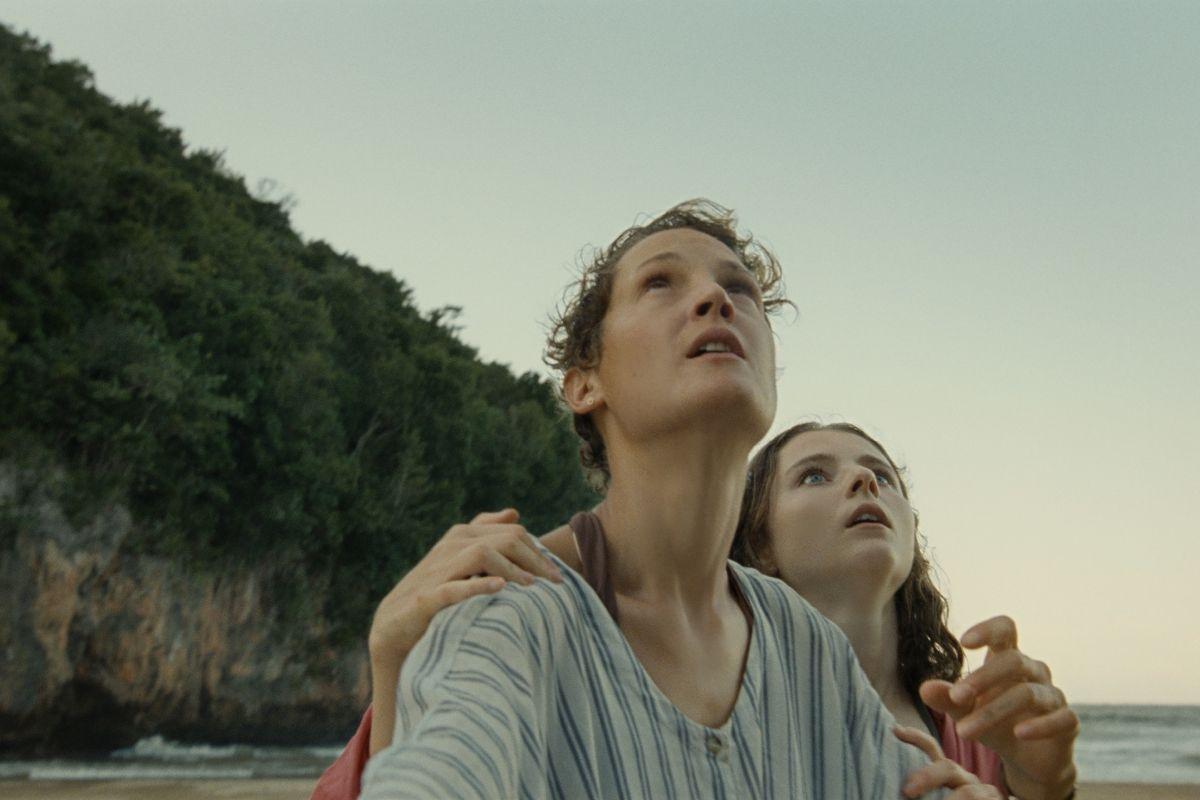 La mujer (Vicky Krieps) y la hija (Thomasin McKenzie) del personaje de Gael García Bernal.