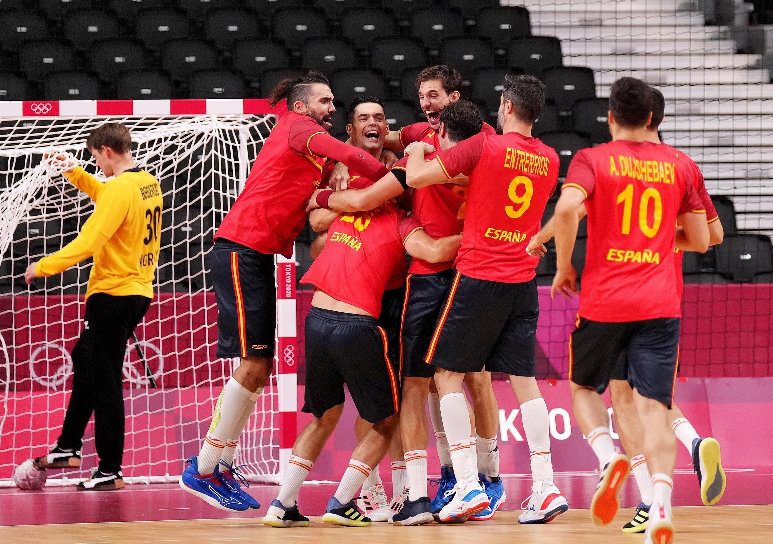 Aleix Gómez, felicitado por sus compañeros tras el gol de la victoria.