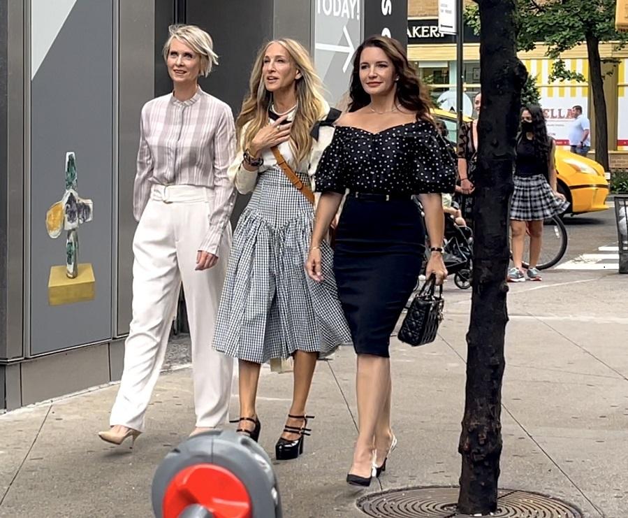 El largo midi manda en faldas y vestidos: las protagonistas de 'Sexo en Nueva York' lo confirman - Charlotte con falda lápiz