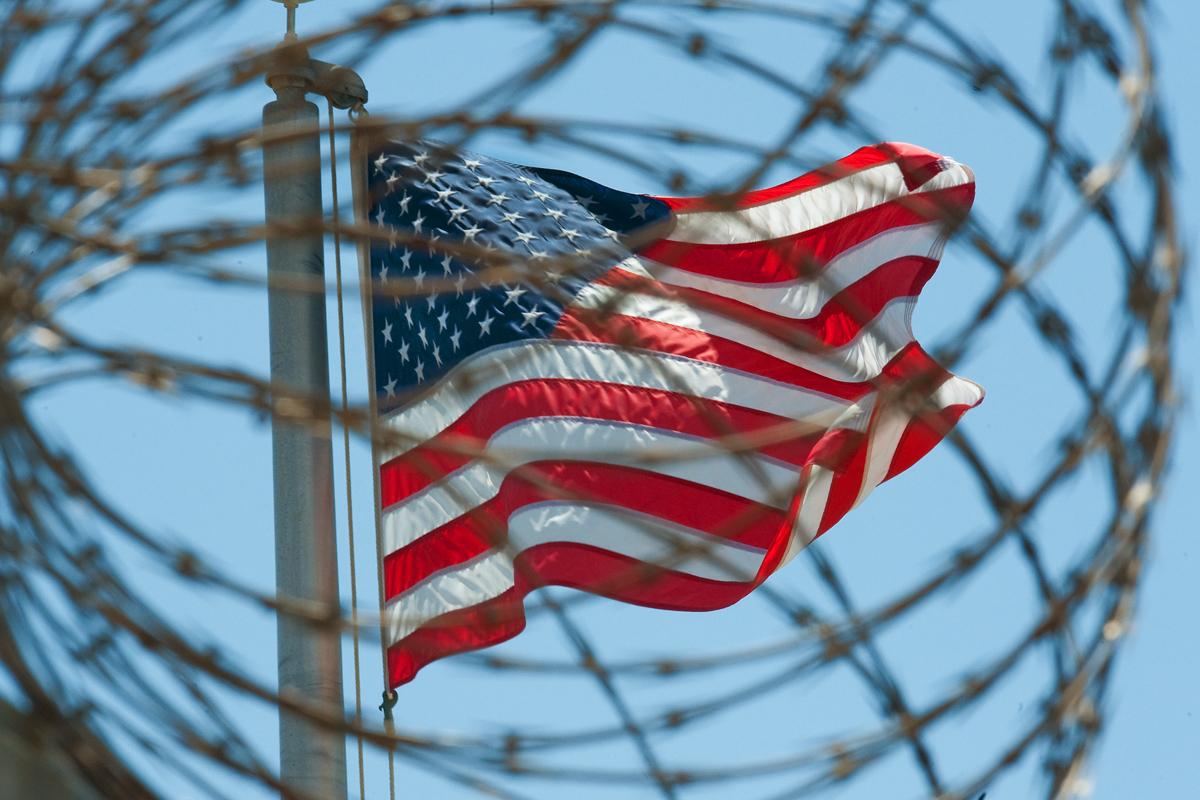 Una bandera de EEUU ondea en Guantánamo.
