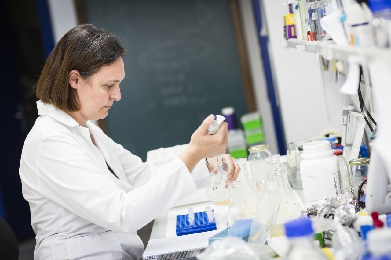 Patricia Bernal Guzmán en su laboratorio de la Universidad de Sevilla