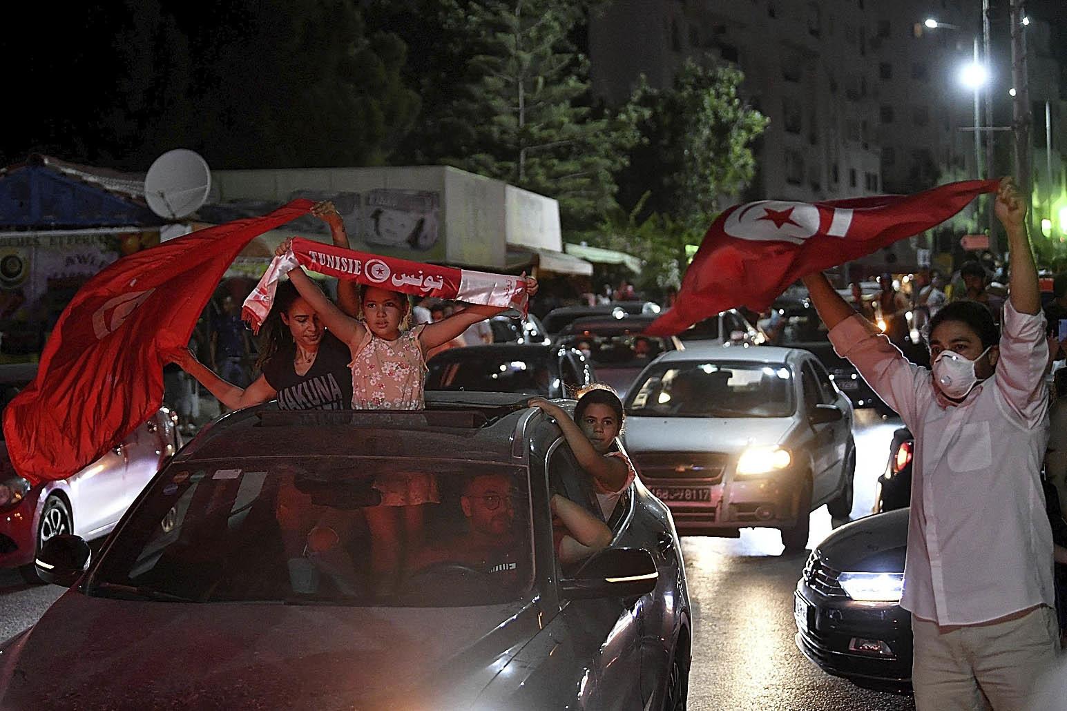 Tunecinos celebran la destitución del Gobieno.