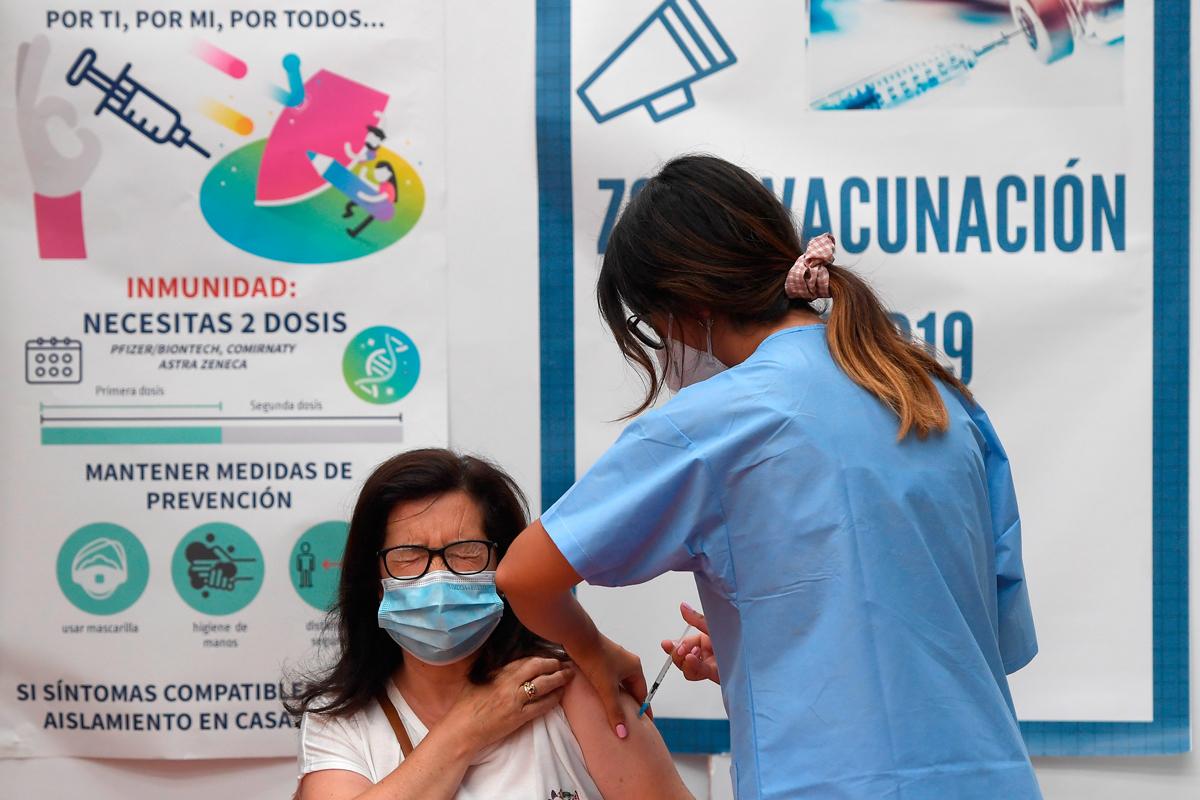 Una mujer es vacunada contra el Covid-19.