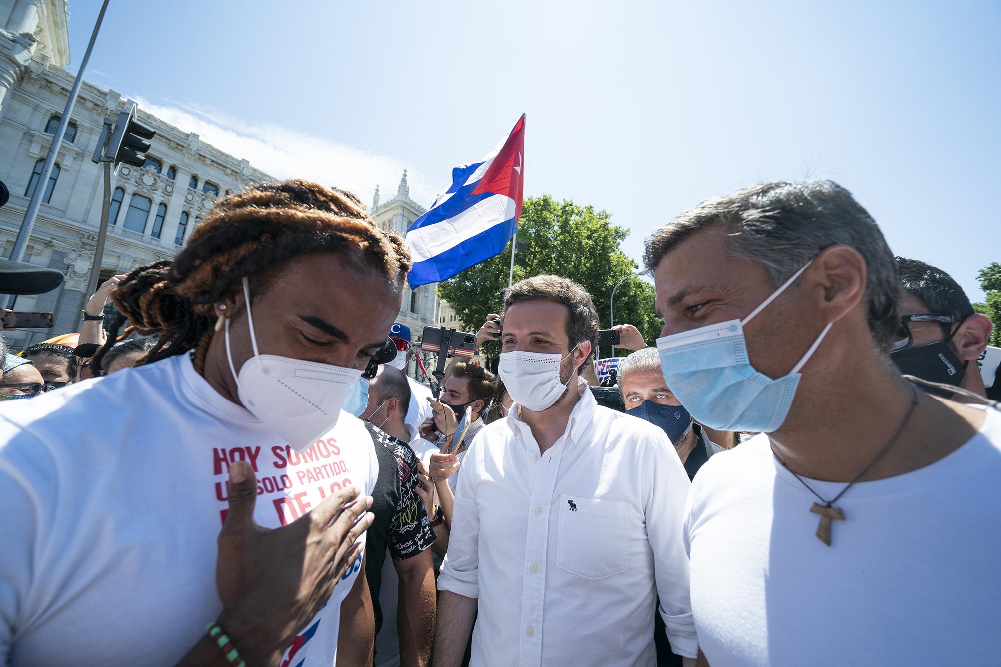 El artista cubano Yotuel, Leopoldo lopez y Pablo Casado en la Marcha por Cuba
