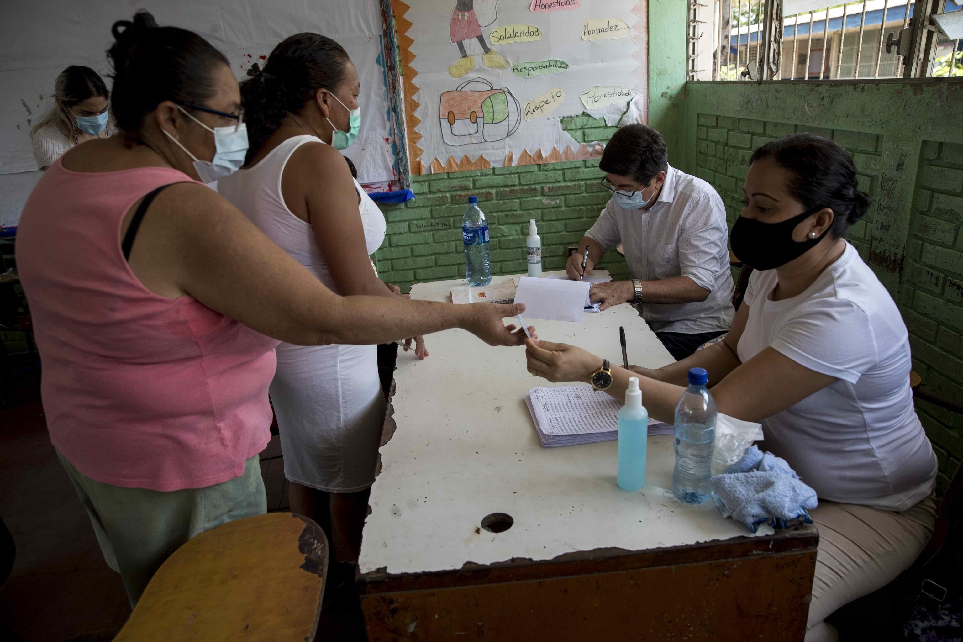 Nicaraguënses acuden al proceso de verificación ciudadana para las elecciones.