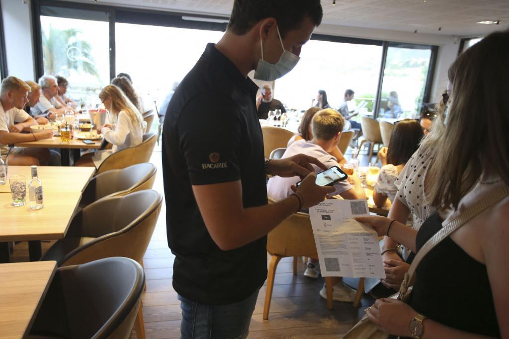 Un restaurante de Córcega (Francia) chequea el pasaporte Covid de una clienta.