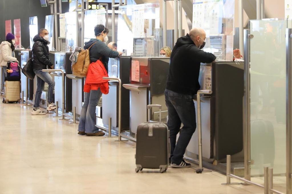 Viajeros en un mostrador de facturación del aeropuerto de Barajas