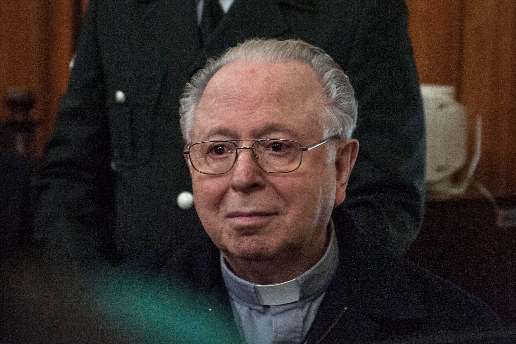 El sacerdote chileno Fernando Karadima comparece ante el tribunal de Santiago para declarar en una demanda civil contra la Arquidiócesis de Santiago por presunto encubrimiento de abusos sexuales, en noviembre de 2015.