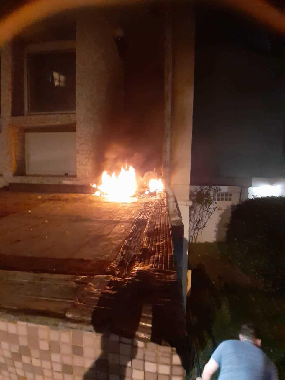 Incendio en la fachada de la Embajada de Cuba en París,  tras un ataque con tres cócteles molotov.