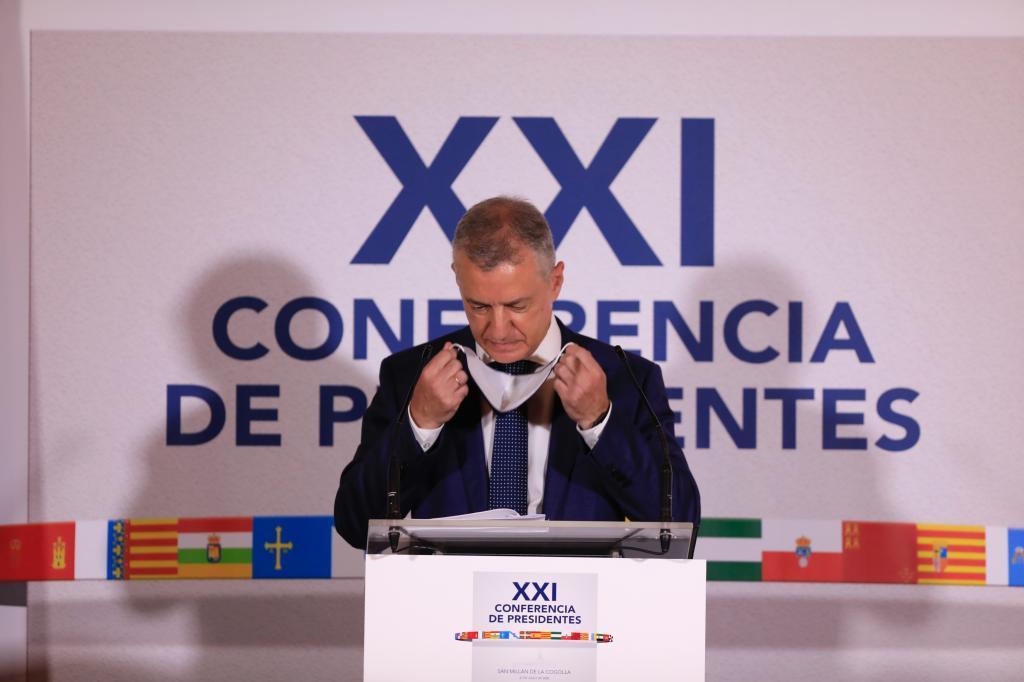 El lehendakari Urkullu se coloca la mascarilla en su comparecencia tras la Conferencia de Presidentes celebrada en julio en San Millán de la Cogolla.