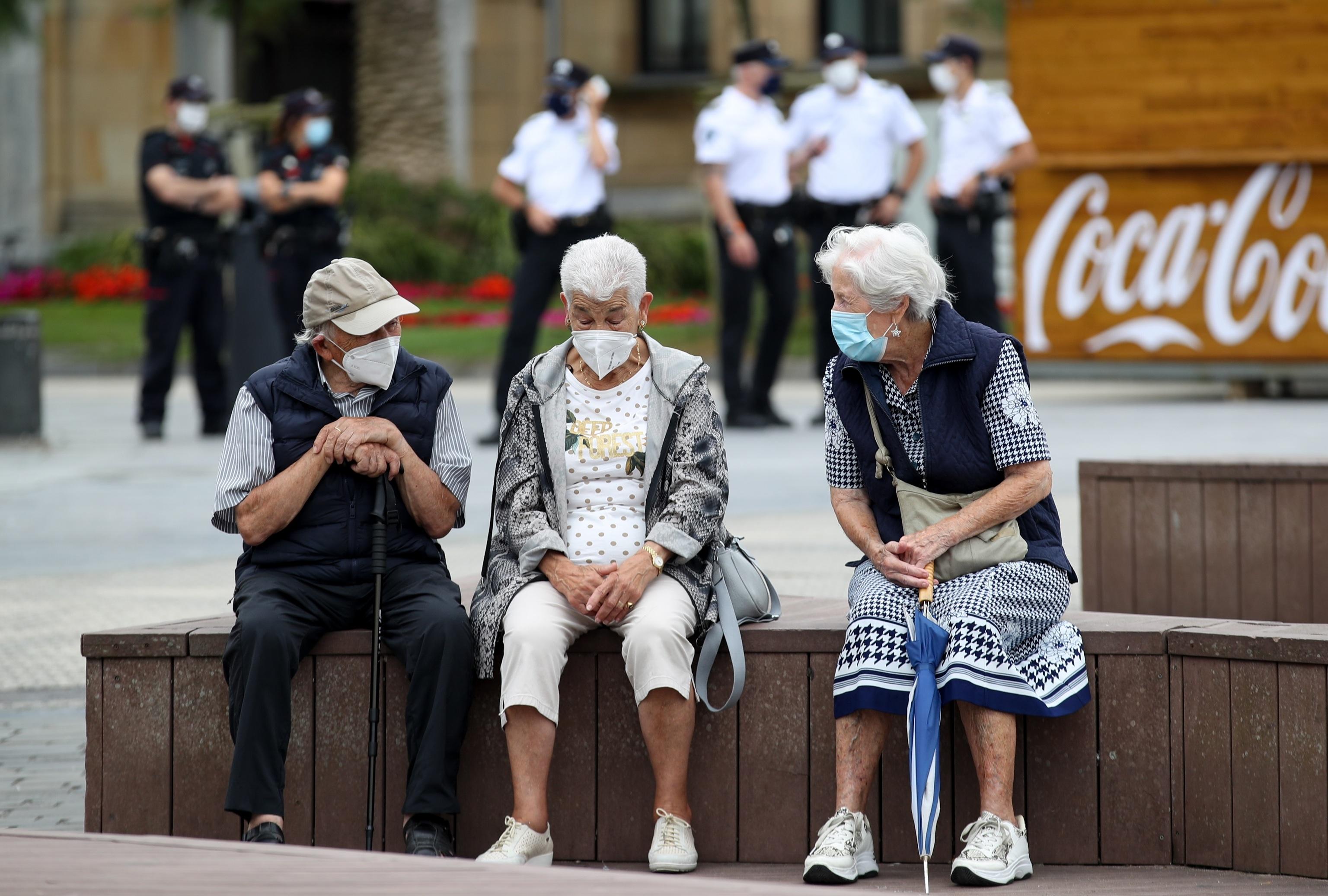Un grupo de ancianos conversa con mascarilla en San Sebastián.