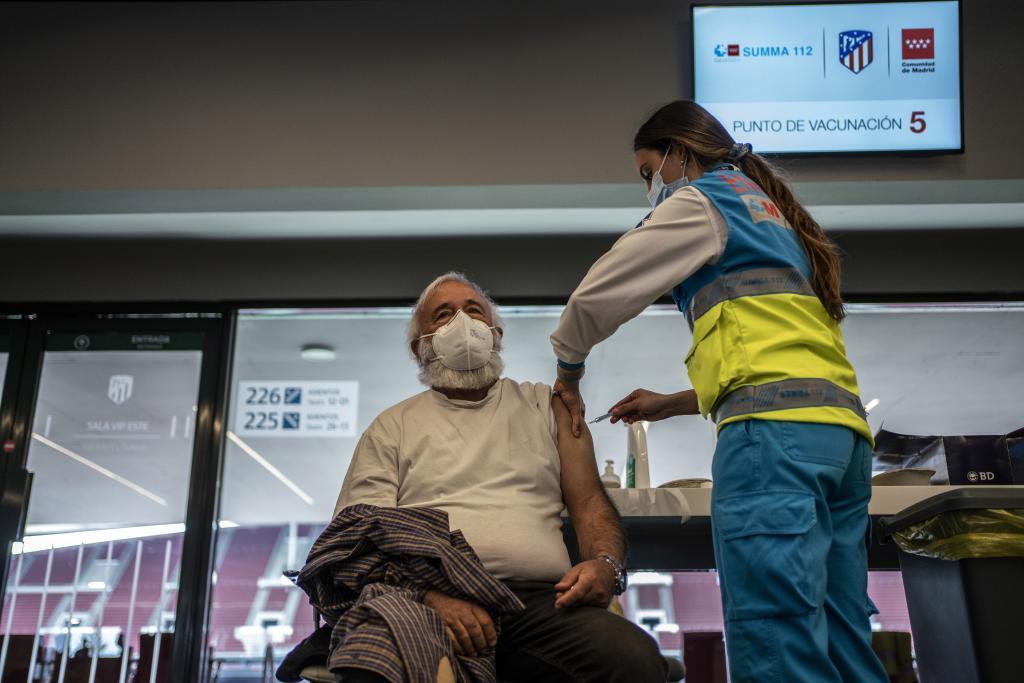 Un hombre recibe la vacuna contra el coronavirus en Madrid