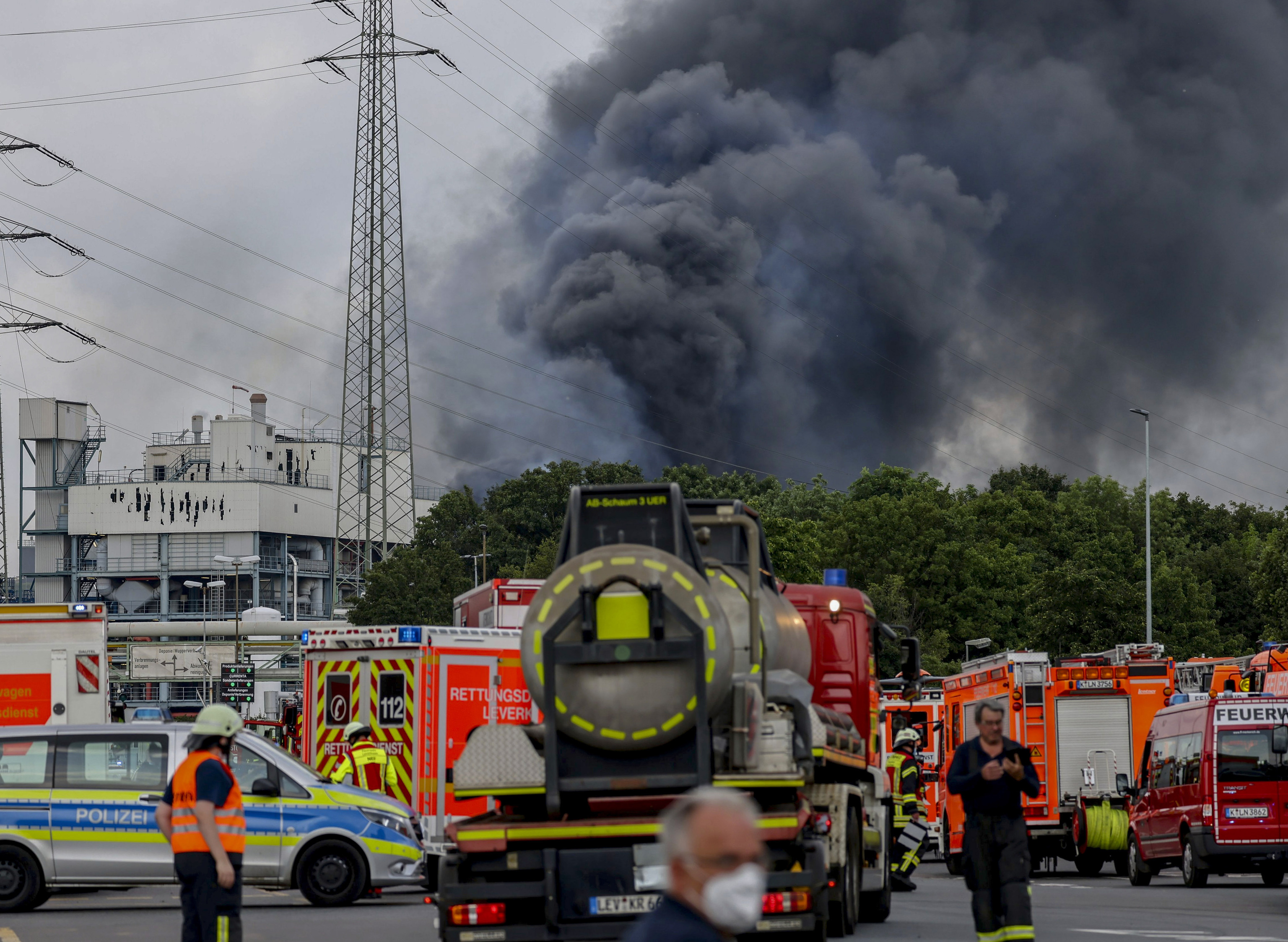 آتش نشانان به سراغ کارخانه می روند