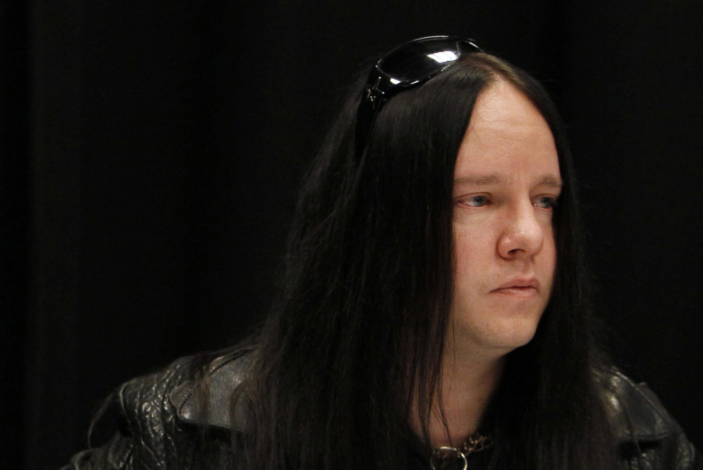 El miembro de la banda Slipknot Joey Jordison participa en una conferencia de prensa sobre la muerte del bajista Paul Gray el 25 de mayo de 2010, en Des Moines, Iowa. Jordison, el baterista fundador de la banda Slipknot, ha muerto a los 46 años.