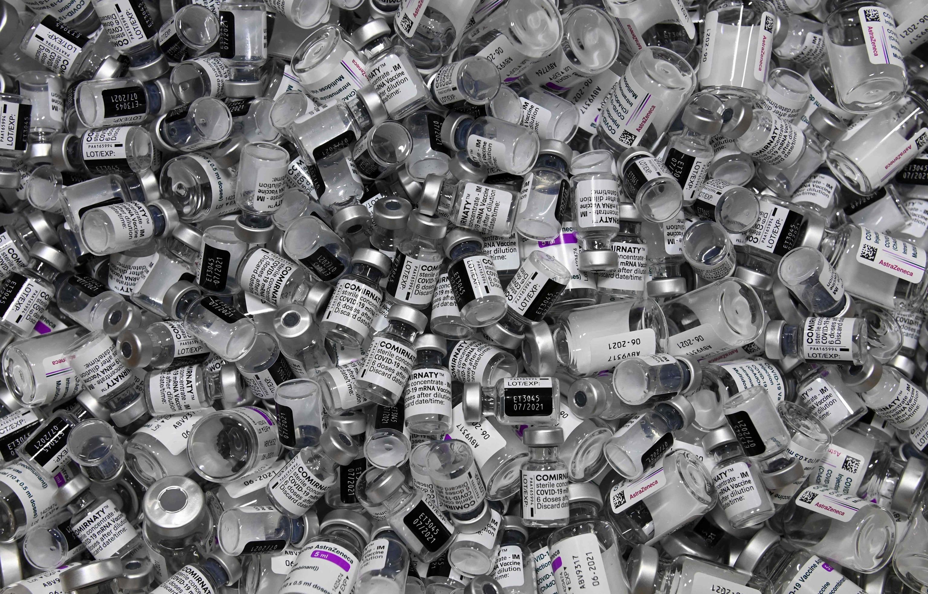 Viales vacíos de las vacunas de Pfizer y Astrazeneca, en una imagen de archivo.