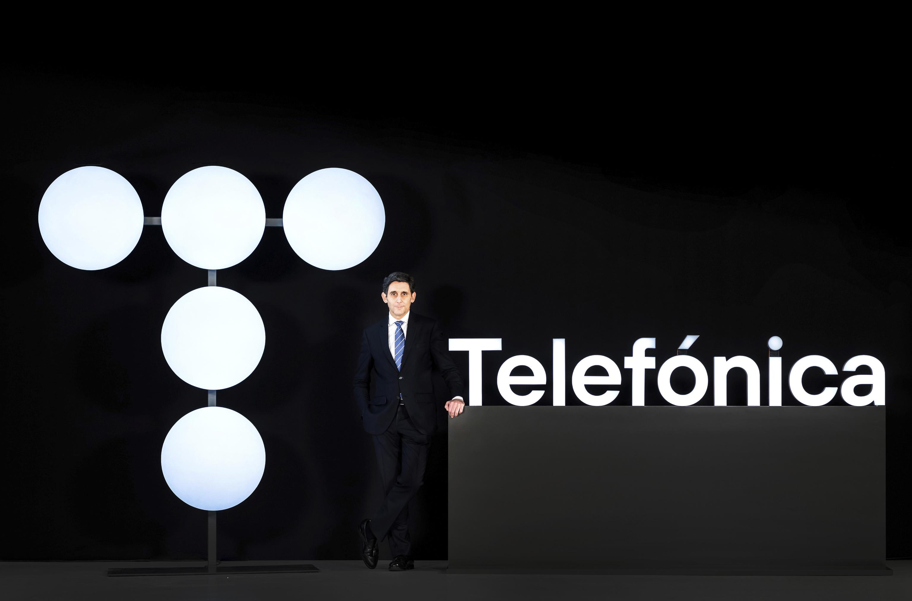 Álvarez-Pallete con el nuevo logo de Telefónica.