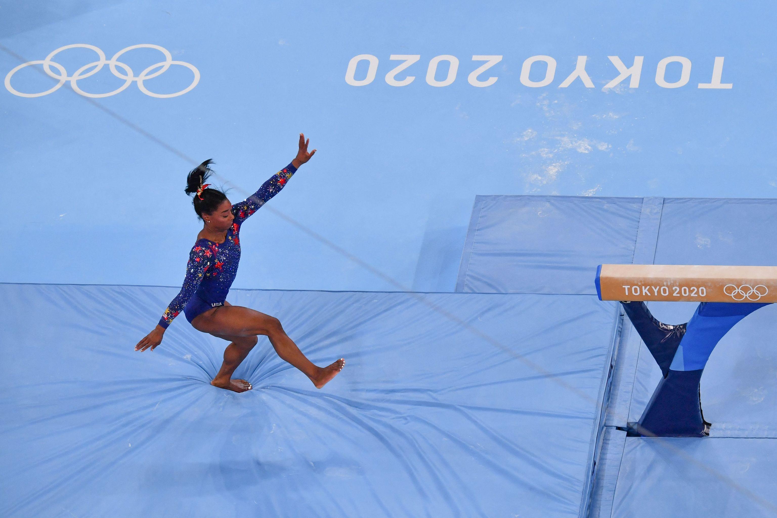 Biles, en la barra de equilibrios del Ariake Gymnastics Centre.