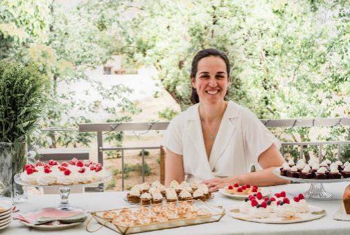 Zarina -María Parejo en el DNI- en su elemento, rodeada de tartas y dulces.