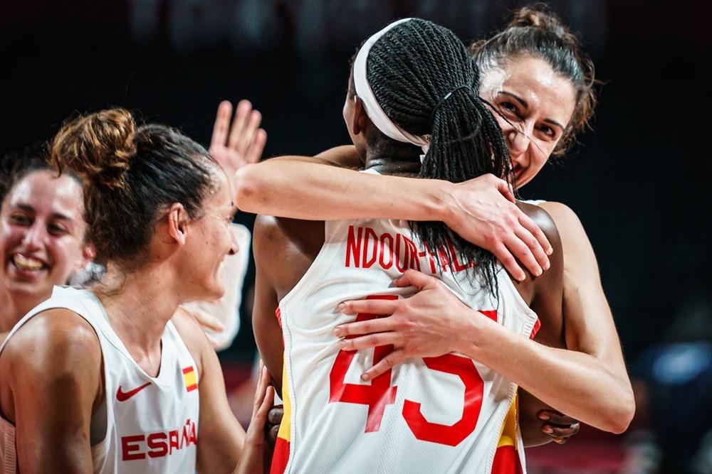 Alba Torrens y Astou Ndour celebran tras la victoria.