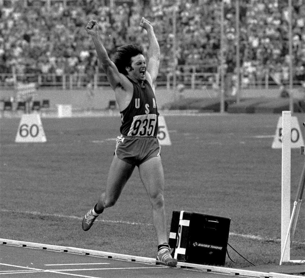 Bruce Jenner celebra su victoria en Montreal '76.