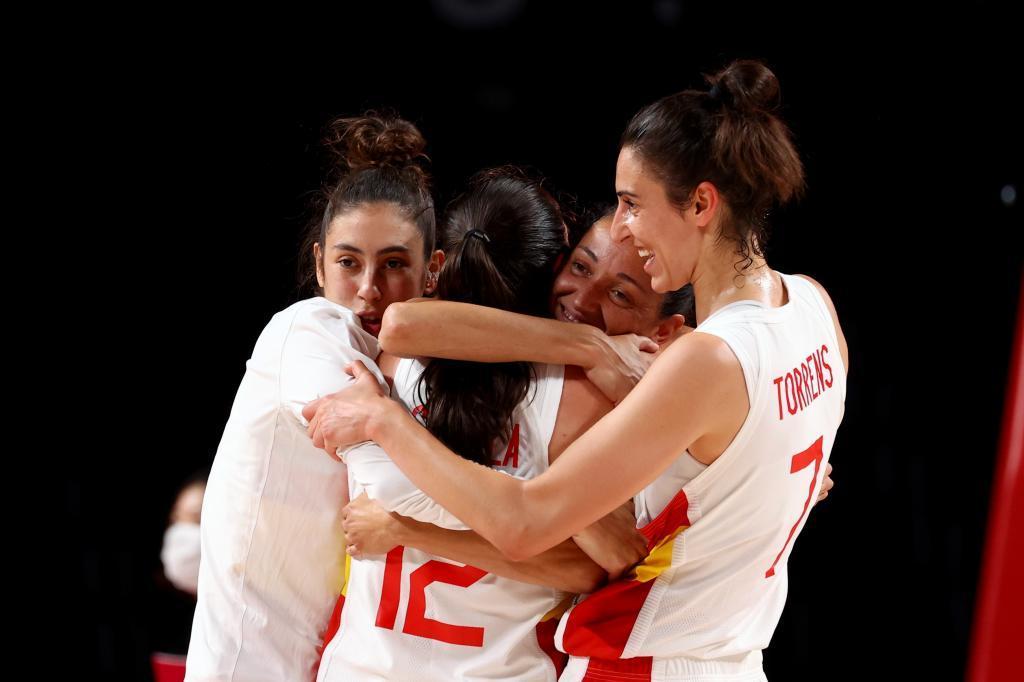 El equipo español celebra al final del partido.