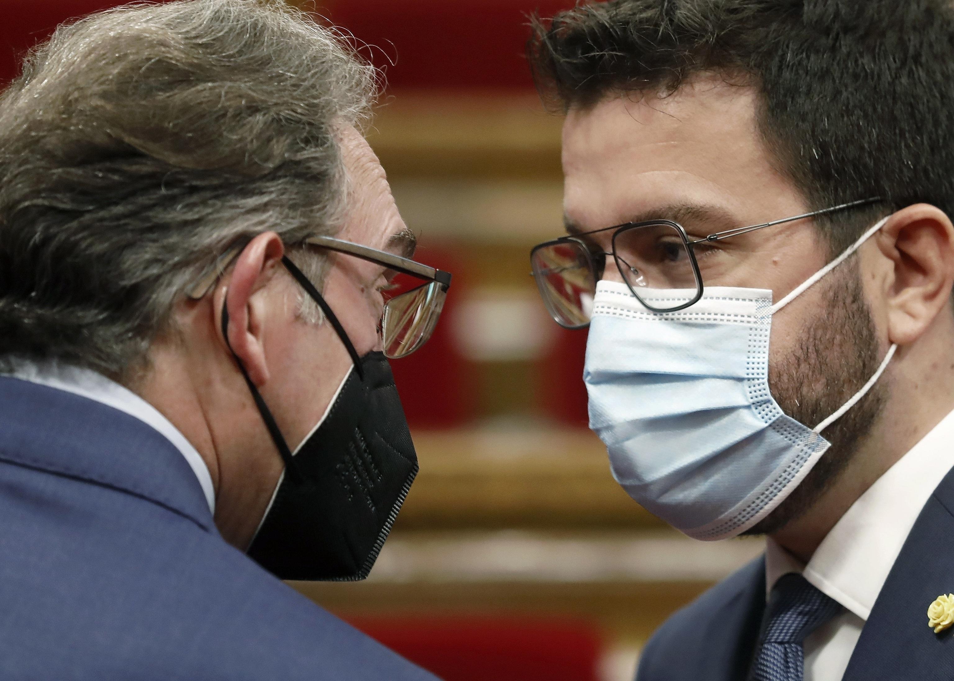 El consejero Giró conversa con el president Aragonès.