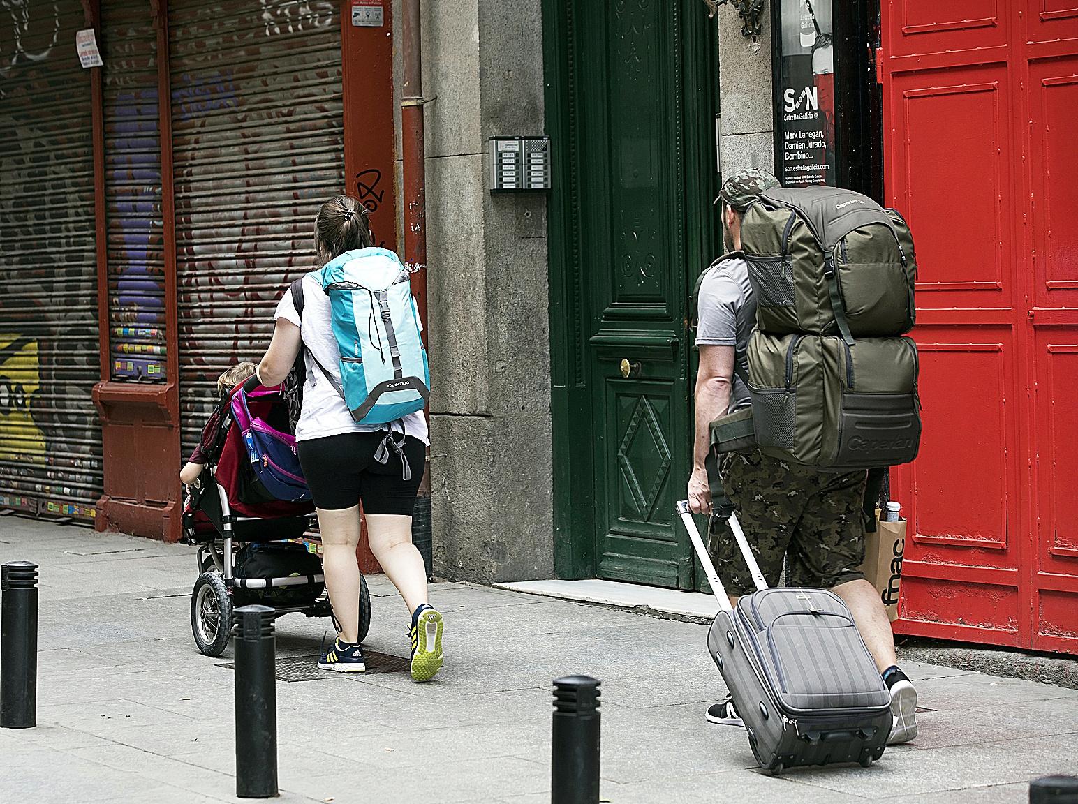 """Indignación en el sector de los pisos turísticos ante la nueva normativa de Madrid: """"En un bajo no se molesta menos que en un quinto"""""""