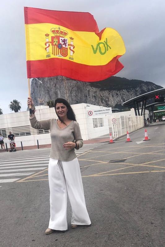 La portavoz de Vox, Macarena Olona, ayer, ante el Peñón de Gibraltar.