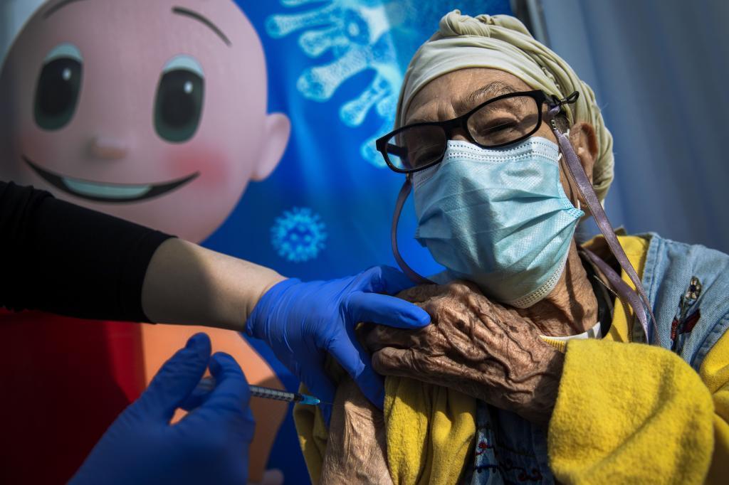 Una mujer vacunada en enero, al inicio de la campaña, en Israel
