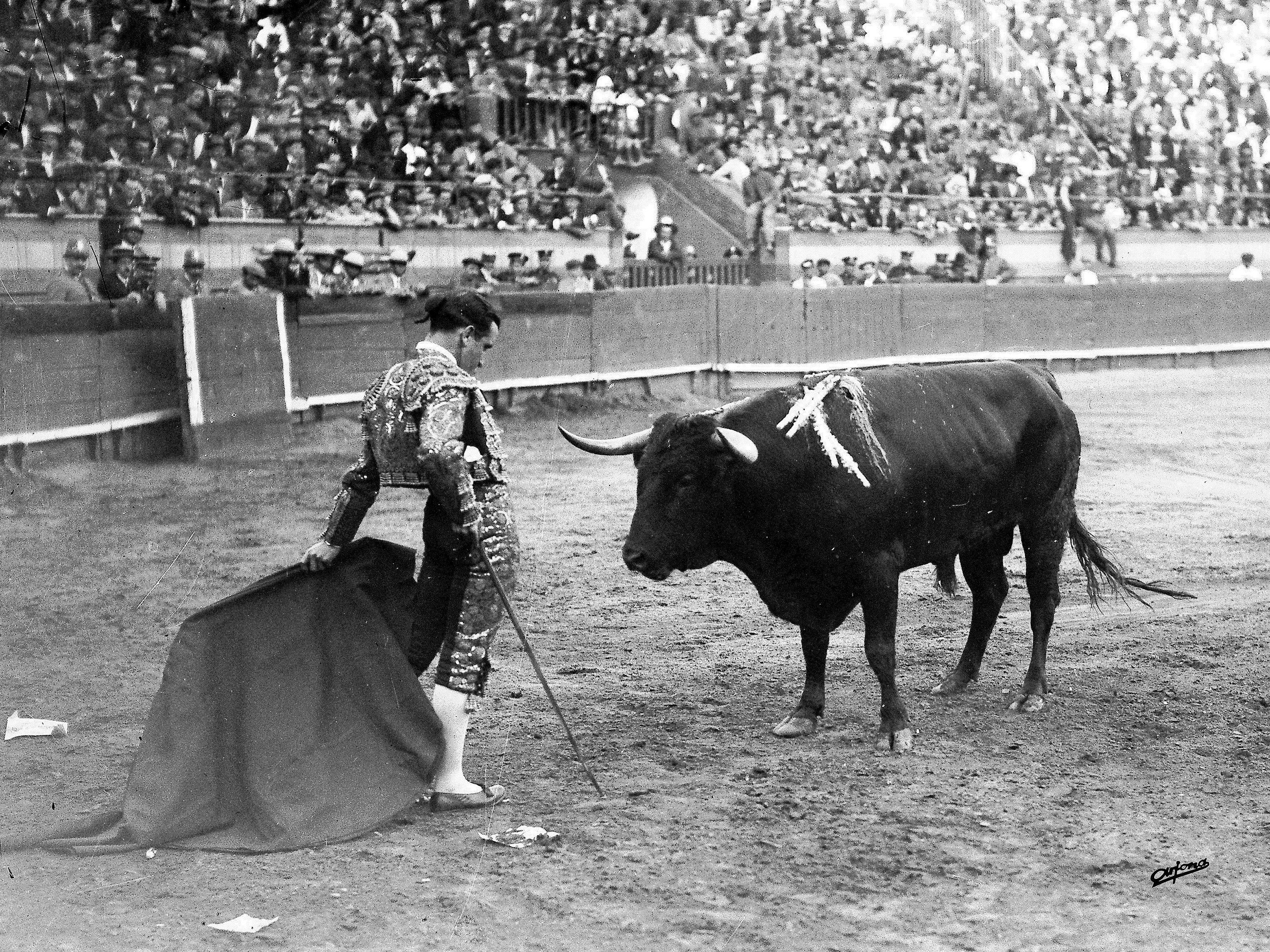 Juan Belmonte, 'El pasmo de Triana', frente a un toro en la Maestranza de Sevilla