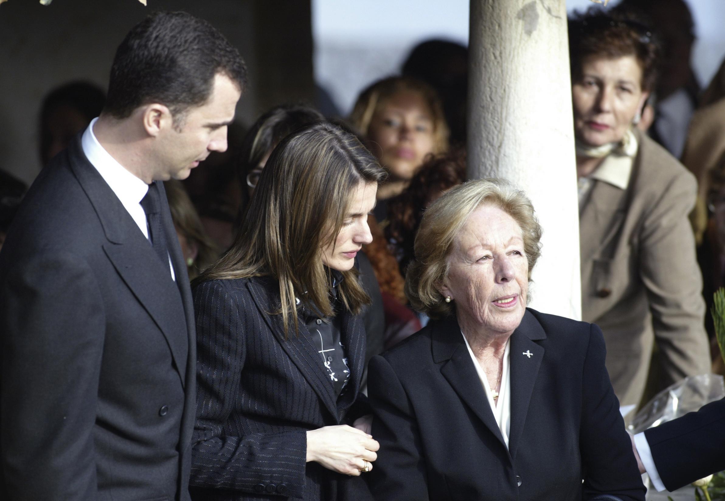 Los Príncipes, en 2005, junto a Menchu, en el funeral de su esposo.