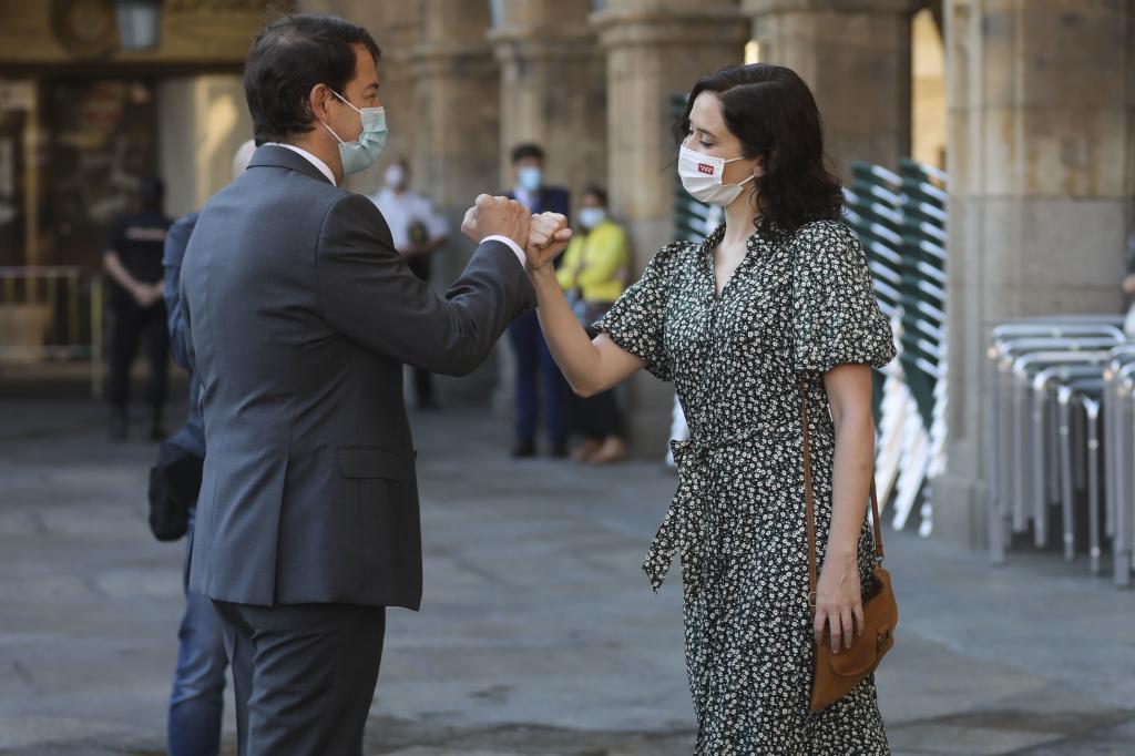 Alfonso Fernández Mañueco, anfitrión de la Conferencia de Presidentes, saluda a Isabel Díaz Ayuso en Salamanca.