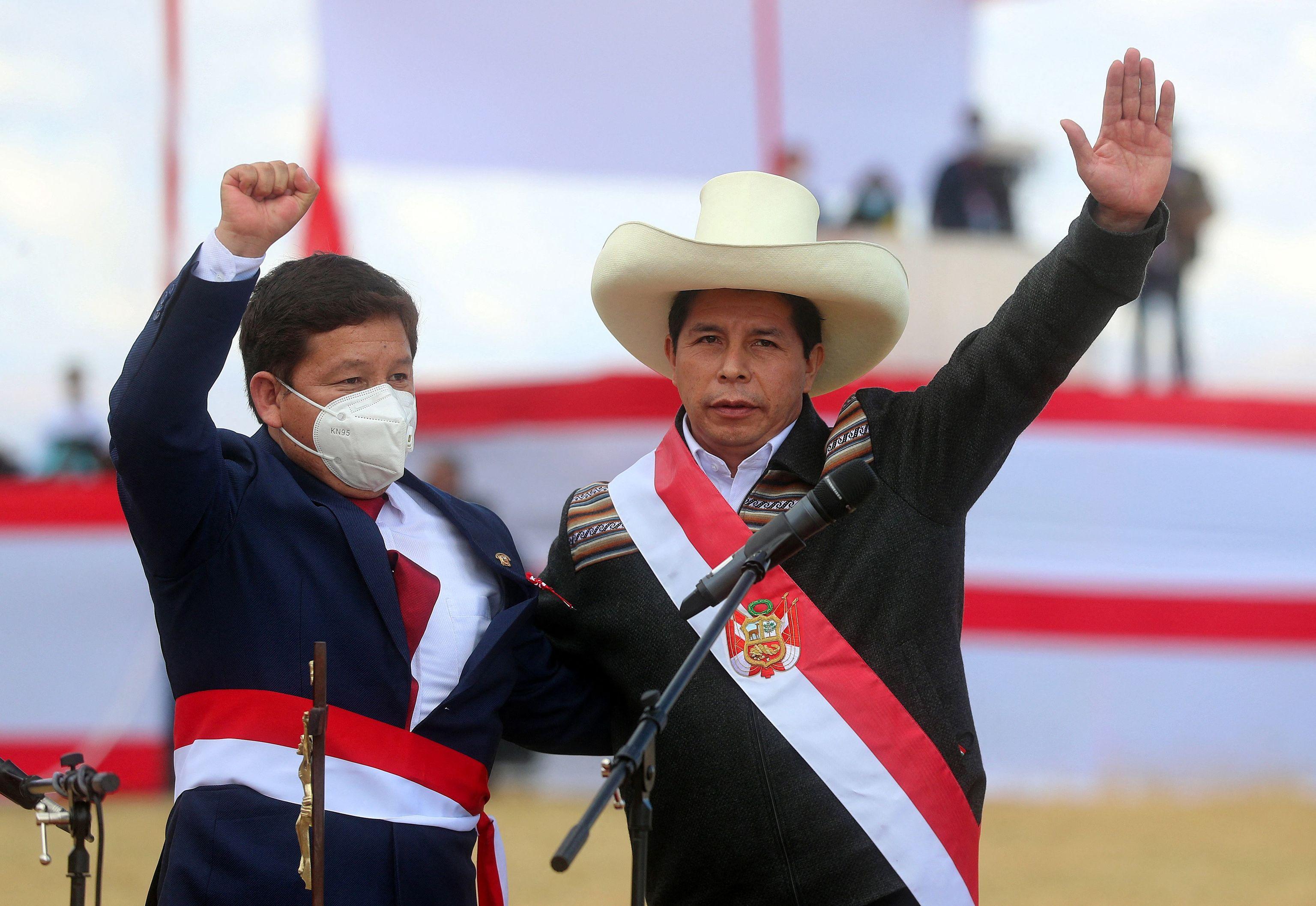 Pedro Castillo junto al nuevo primer ministro, Guido Bellido (izquierda).