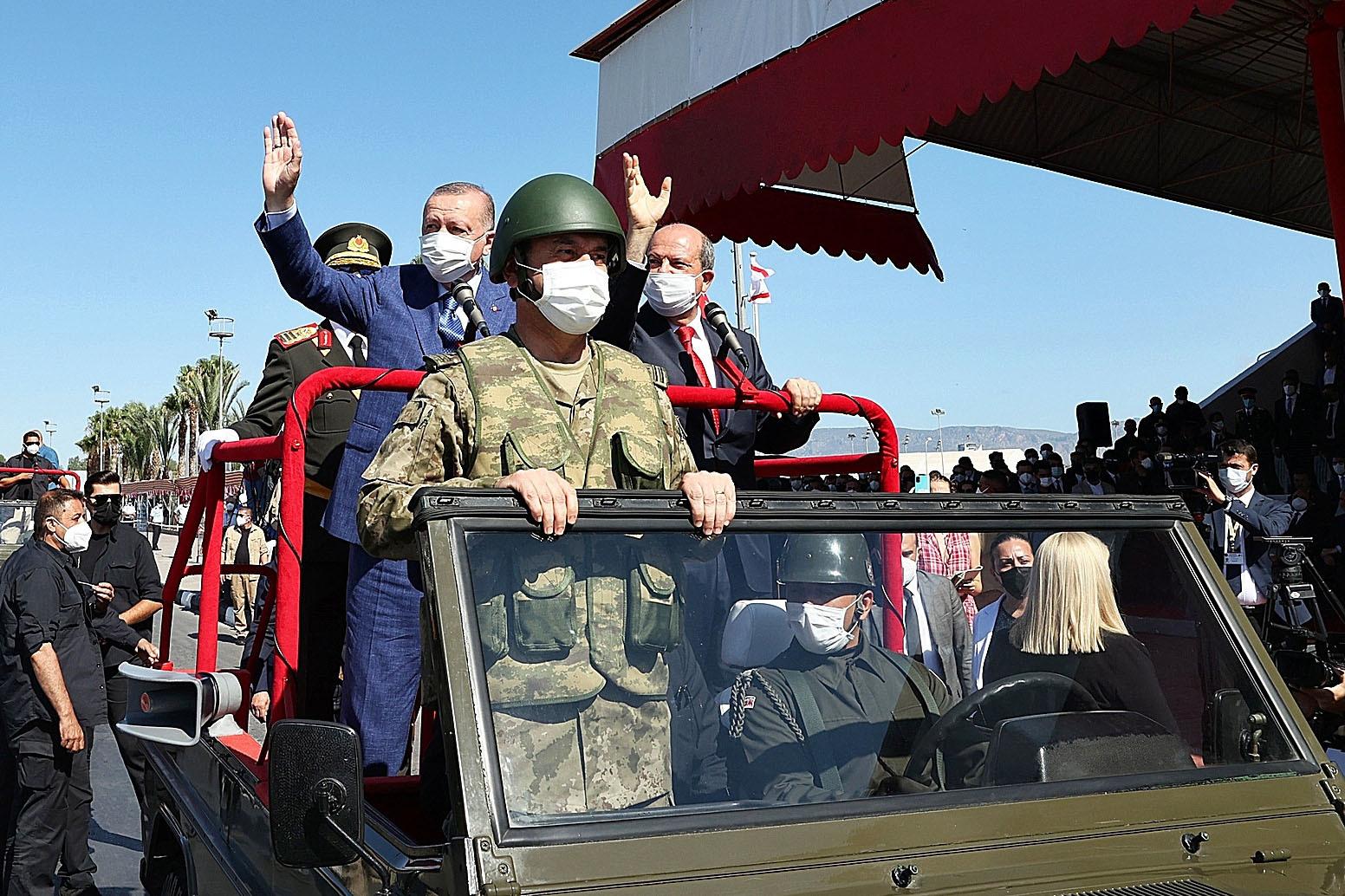 Erdogan (izquierda) saluda junto al líder turcochipriota en su visita a Chipre.