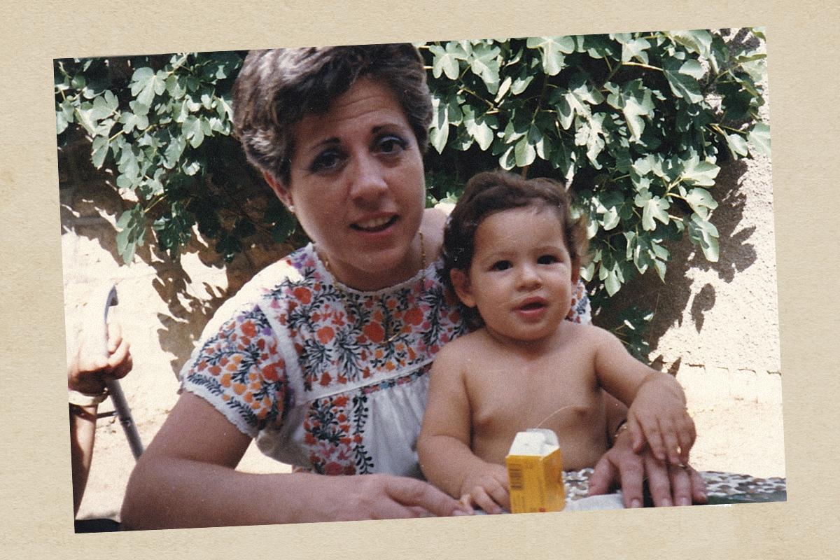 La fiscal Carmen Tagle en 1989 con su sobrino.