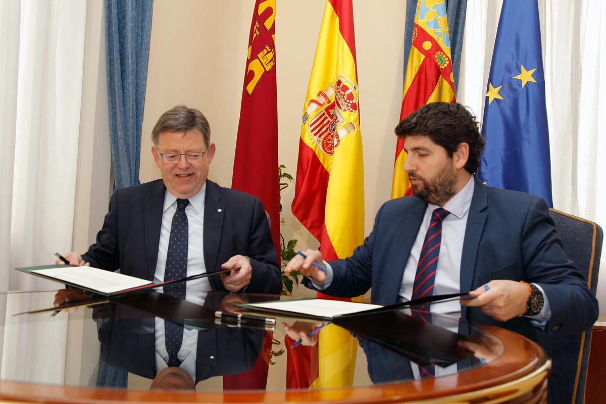 Ximo Puig y Fernando López Miras firman una declaración institucional sobre el agua.