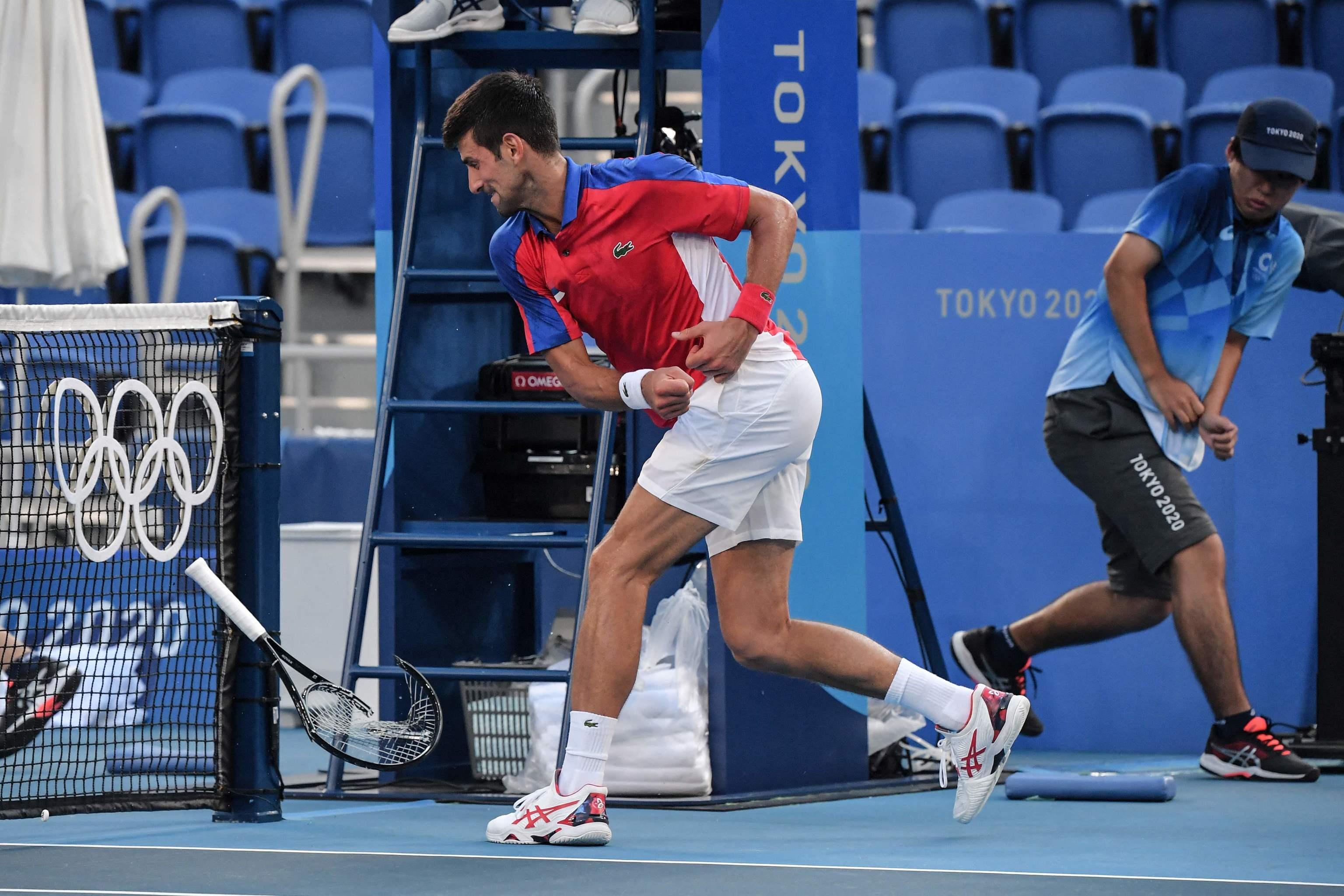 Djokovic rompe su raqueta durante el tercer set.