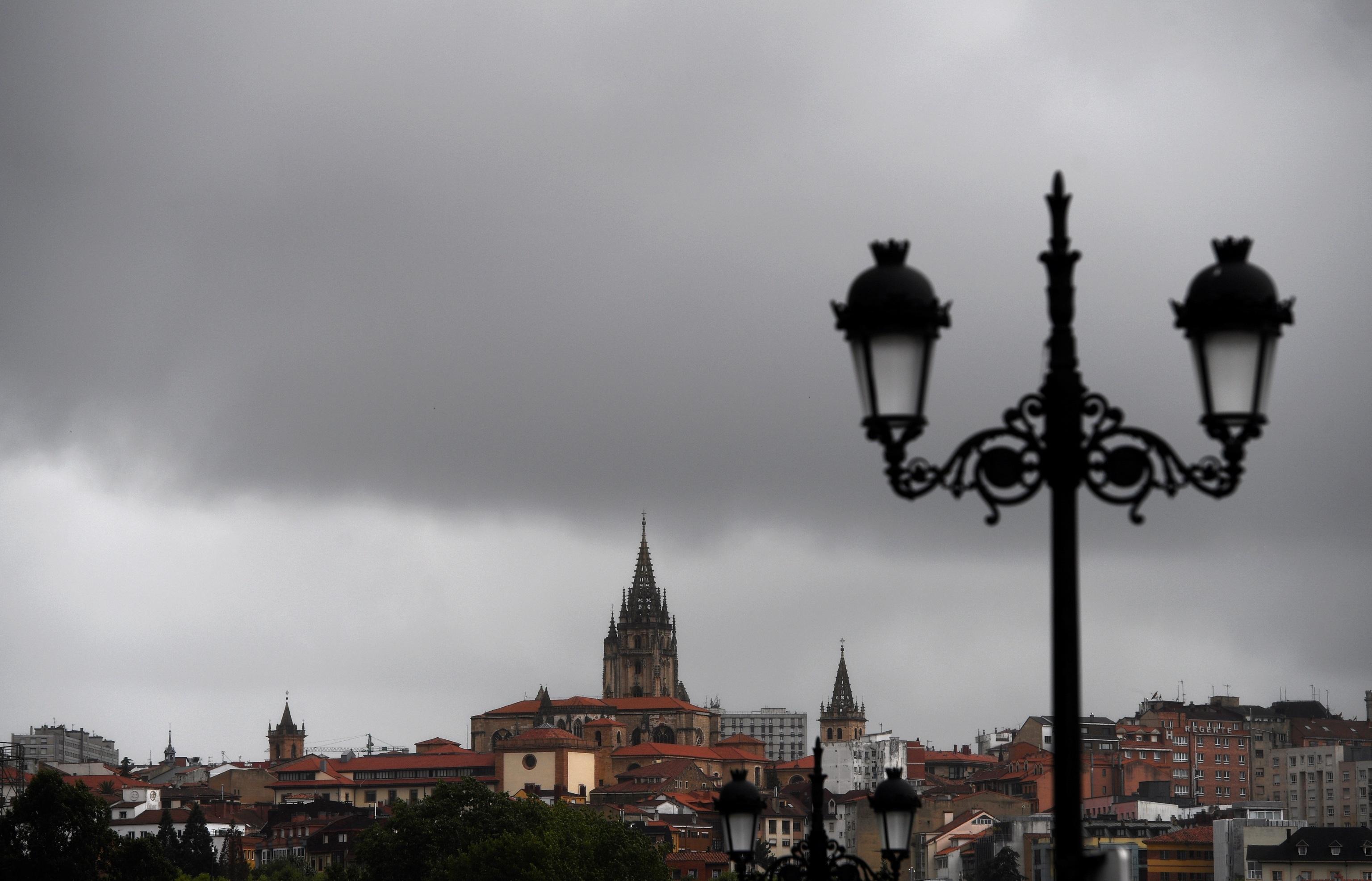 Nubes negras cubren este viernes el cielo de Oviedo. La Agencia Estatal de Meteorología (Aemet) prevé para hoy, viernes, en Asturias brumas y nieblas darán paso a la nubosidad, principalmente en la Cordillera, que propiciará lloviznas en el litoral occidental por la mañana y en el interior por la tarde; las temperaturas tienden a descender, más en el interior.